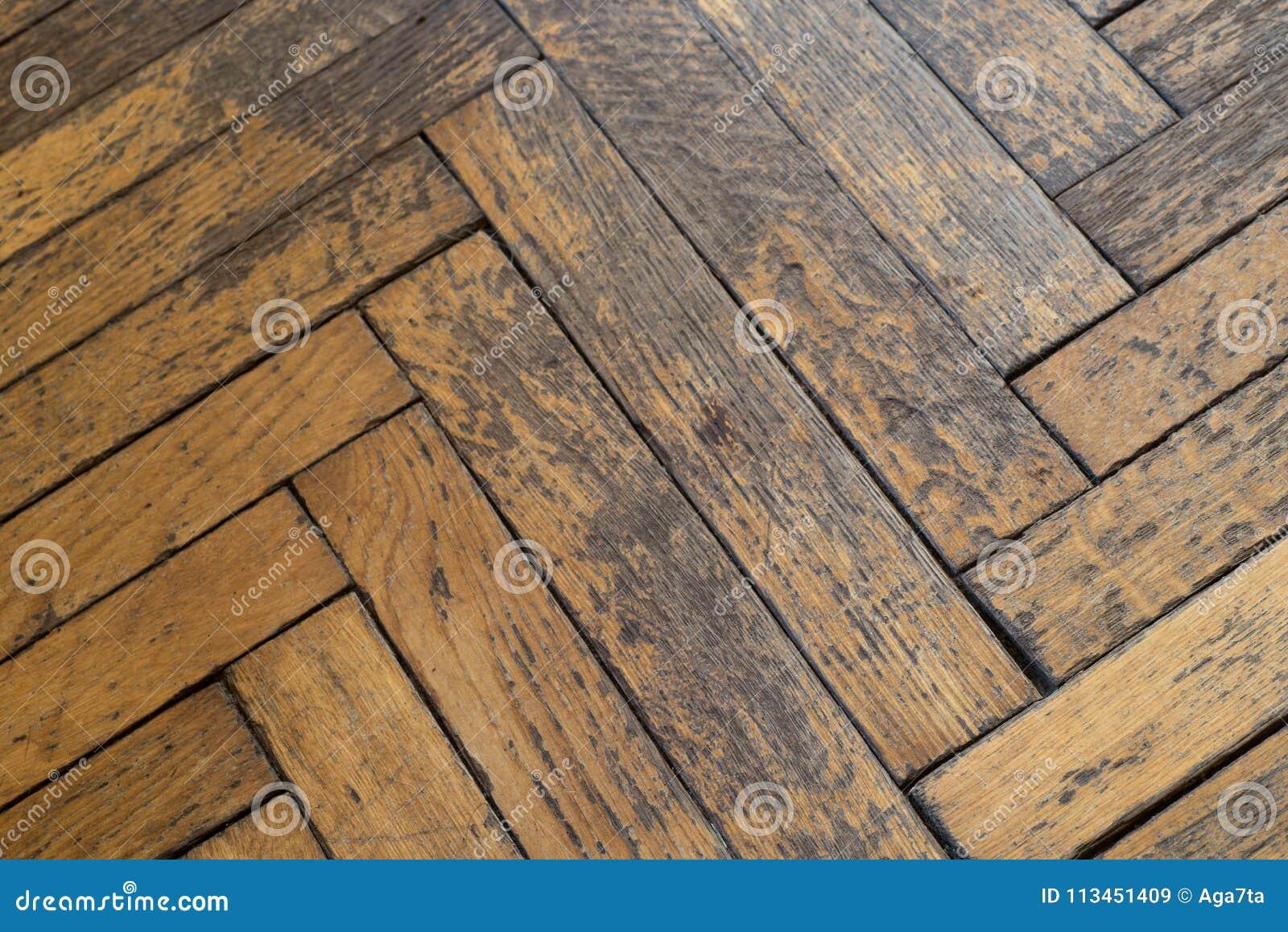 Assoalho de madeira sujo resistido velho