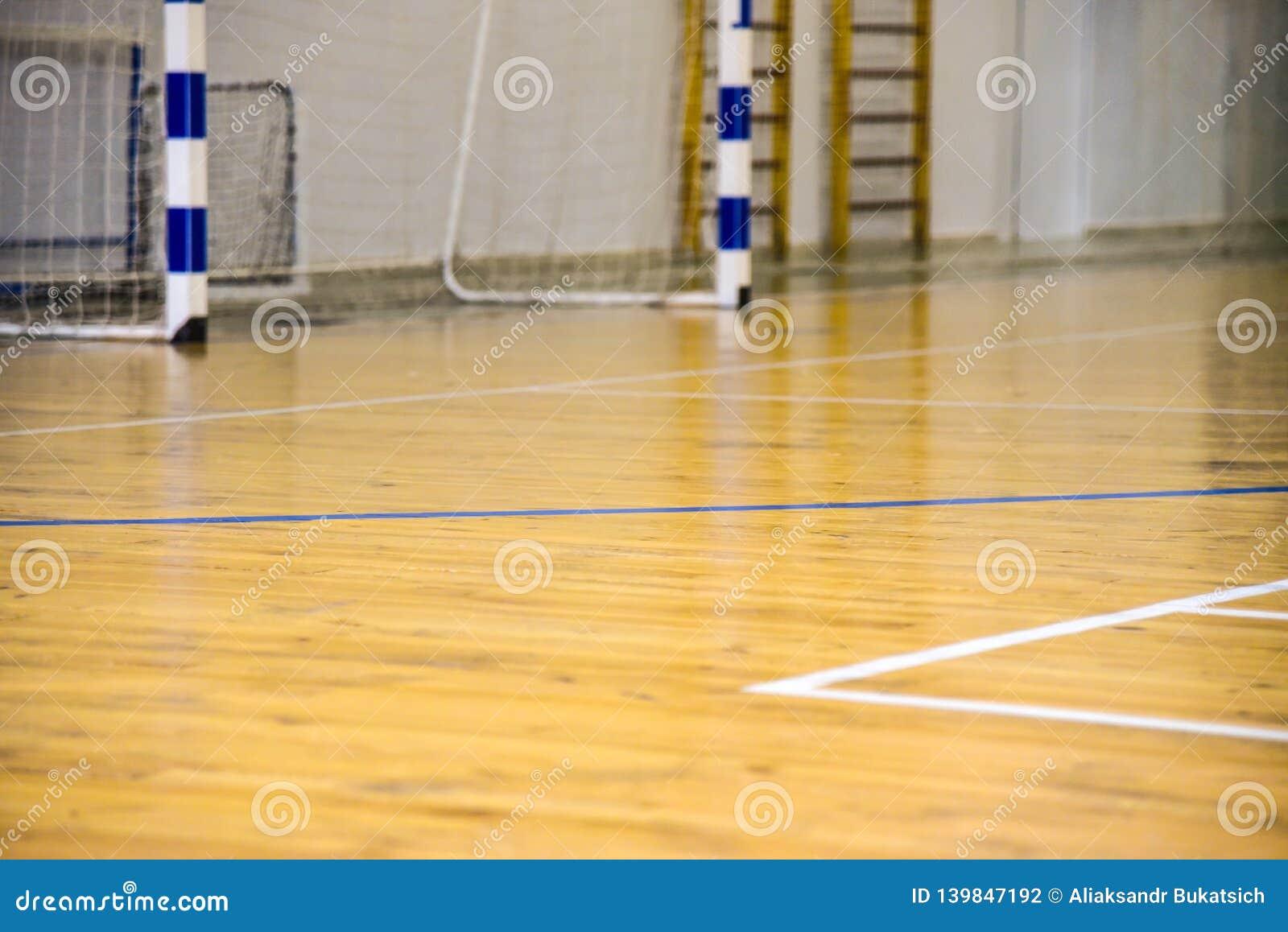 Assoalho de parquet no salão para jogar o mini futebol