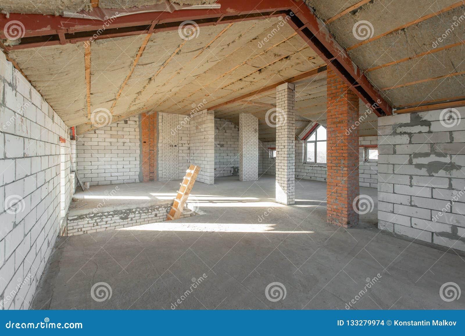 Assoalho do sótão da casa revisão e reconstrução Processo de trabalho de aquecimento dentro da peça do telhado casa ou