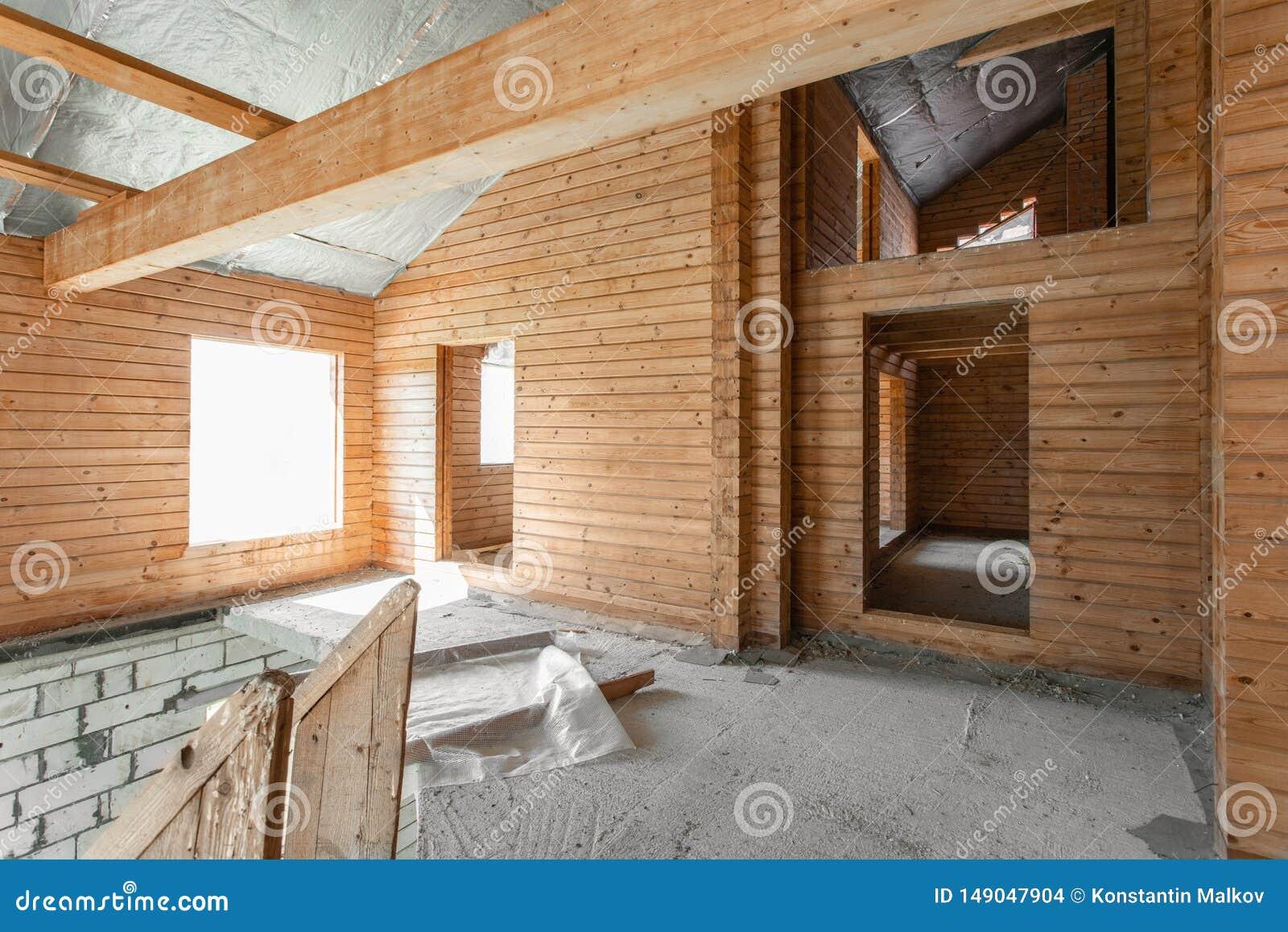 Assoalho do s?t?o da casa revis?o e reconstru??o Processo de trabalho de aquecimento dentro da pe?a do telhado casa ou