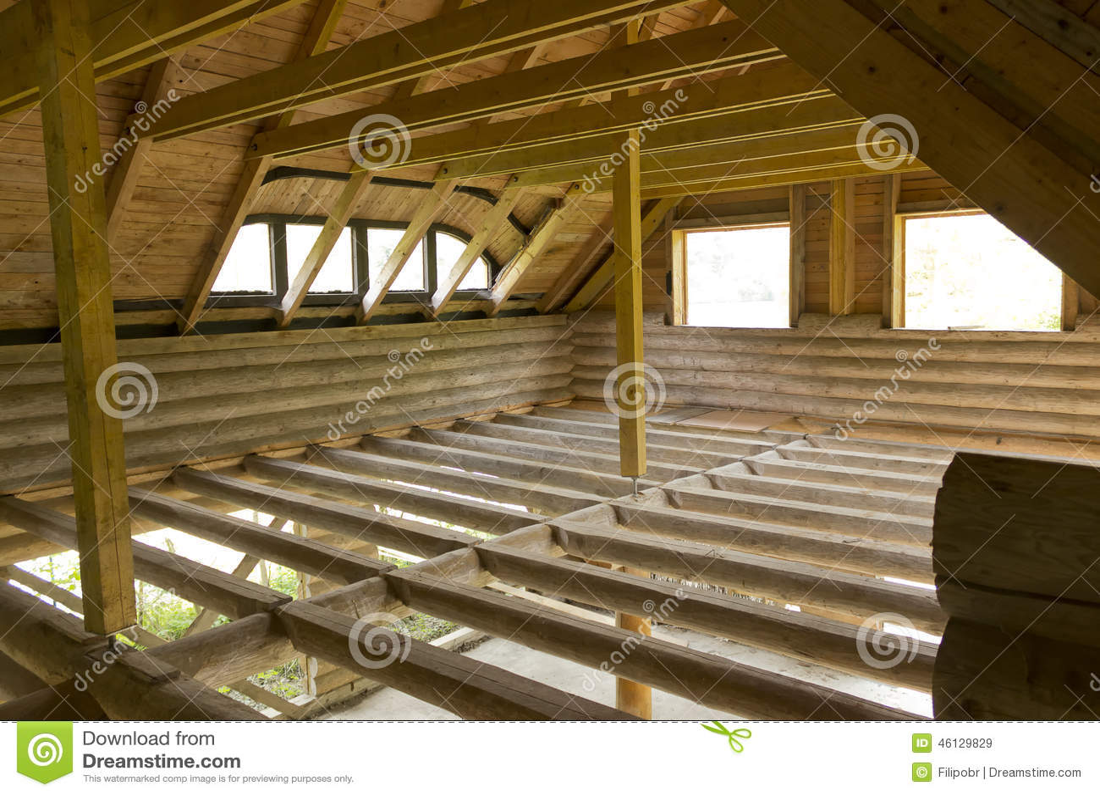 Assoalho inacabado do sótão da cabine de madeira