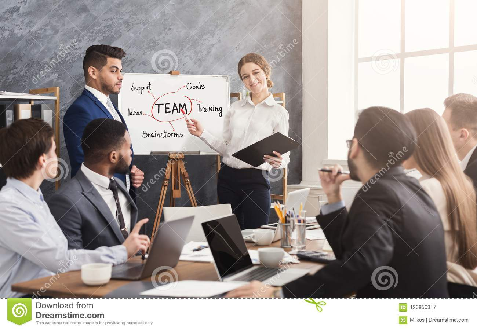 Associé étranger faisant la présentation d affaires