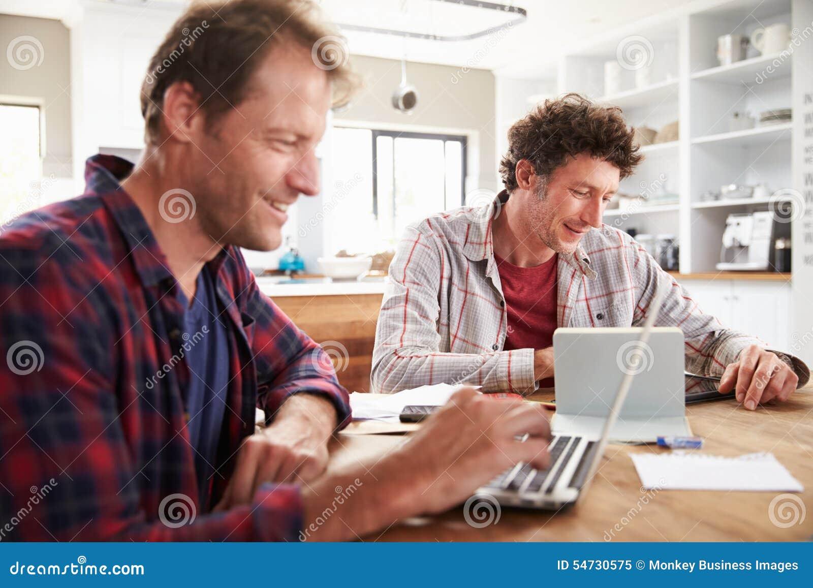 Associés de petite entreprise à l aide des ordinateurs à la maison