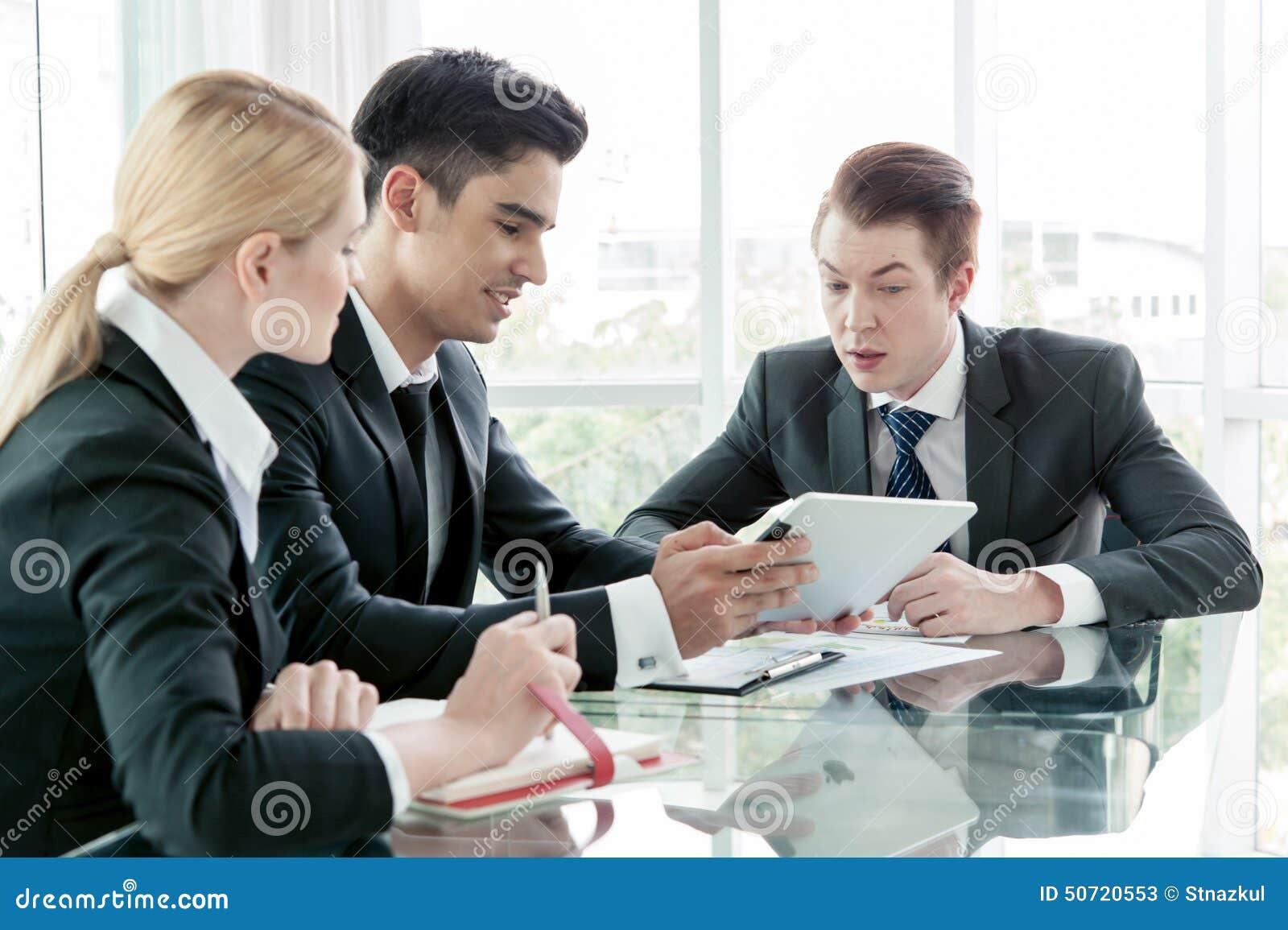 Associés discutant des documents et des idées lors de la réunion