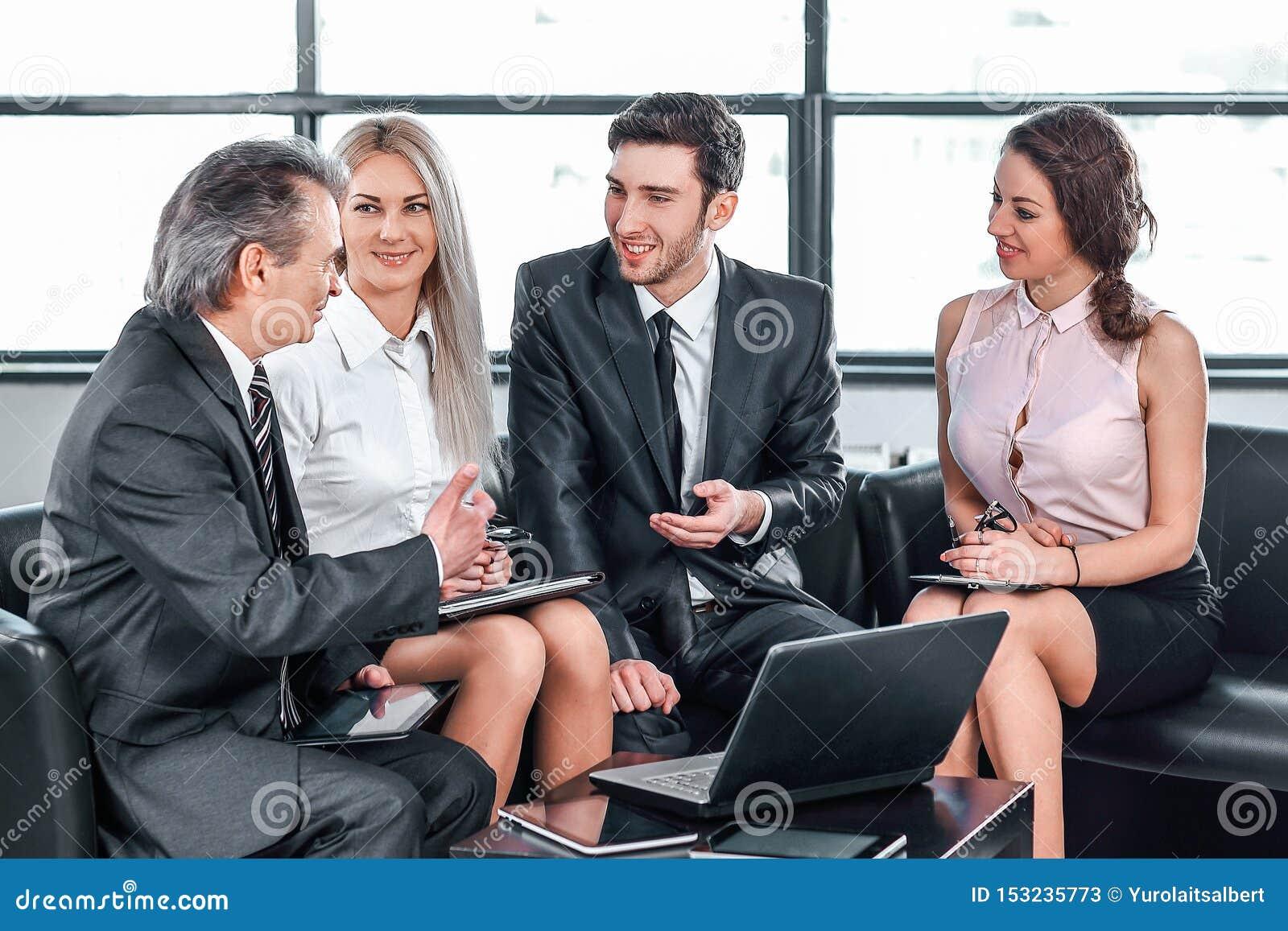 Associ?s discutant un nouveau contrat Concept du dialogue