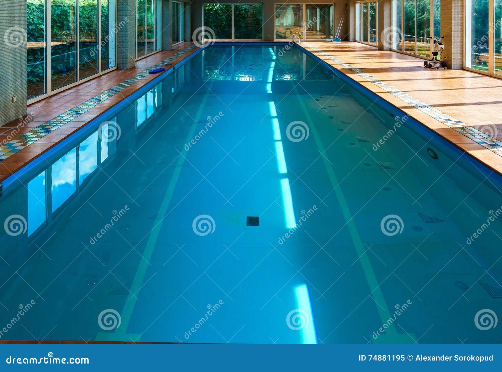 Associação coberta longa do swimmimg no recurso
