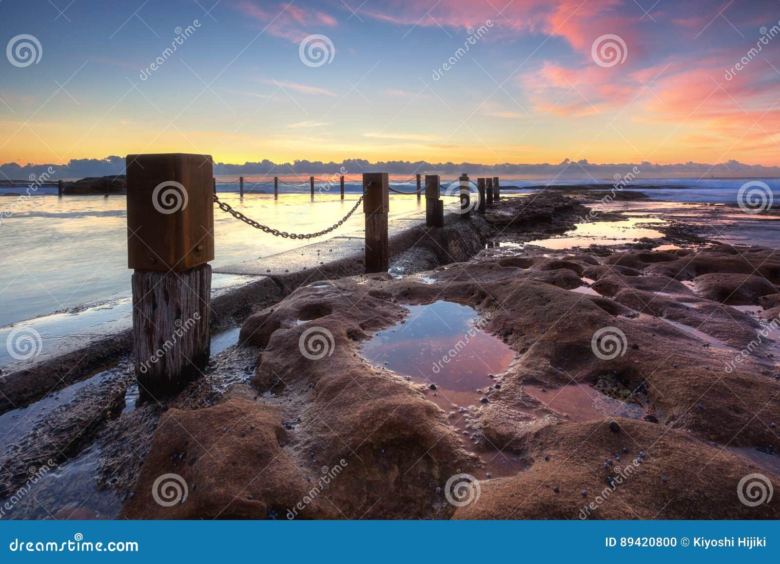 A associação da rocha de Maroubra capturou durante o nascer do sol em Sydney