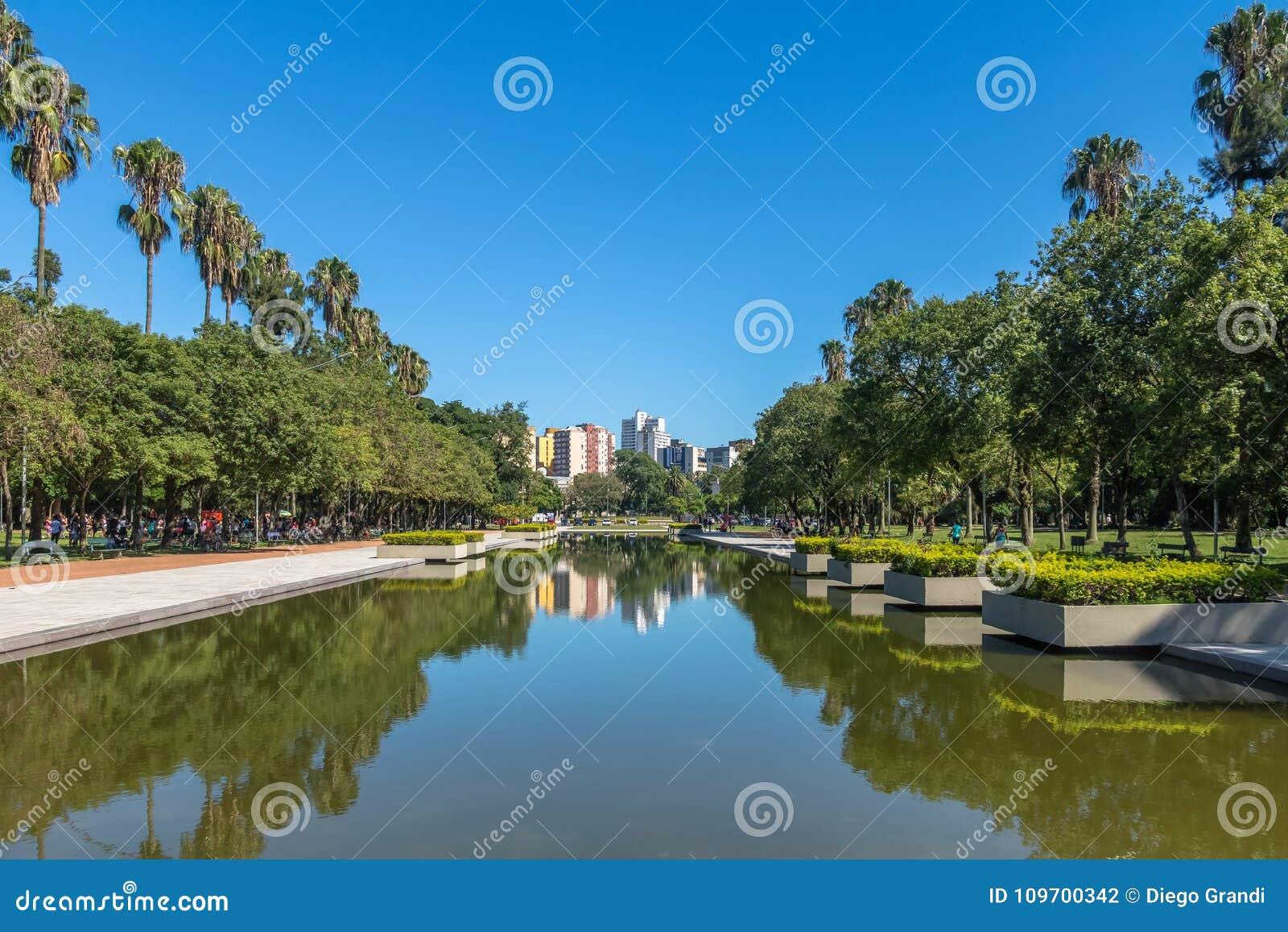 Associação refletindo do parque de Farroupilha ou do parque de Redencao em Porto Alegre, Rio Grande do Sul, Brasil