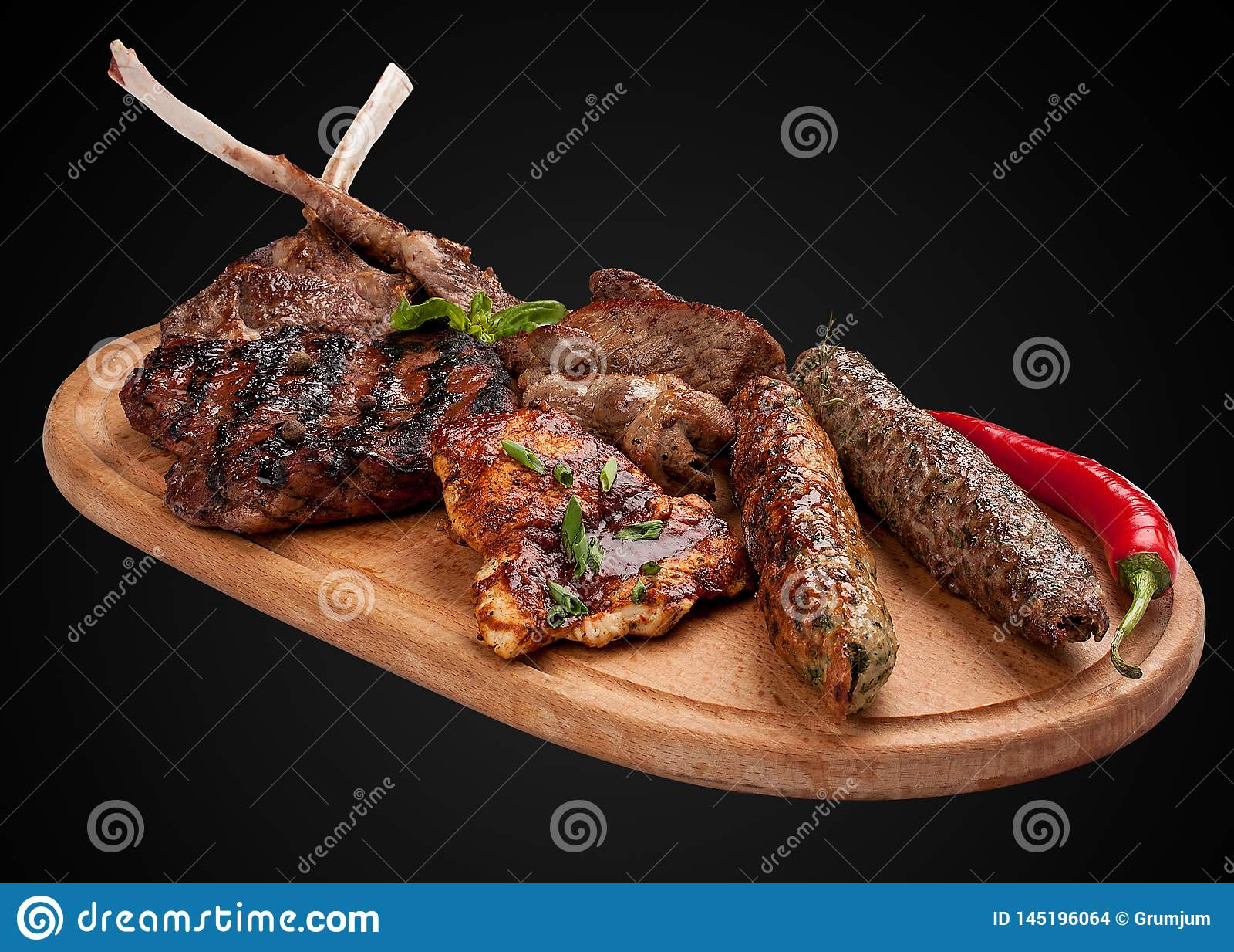 Assorted油煎了在一个木板的肉