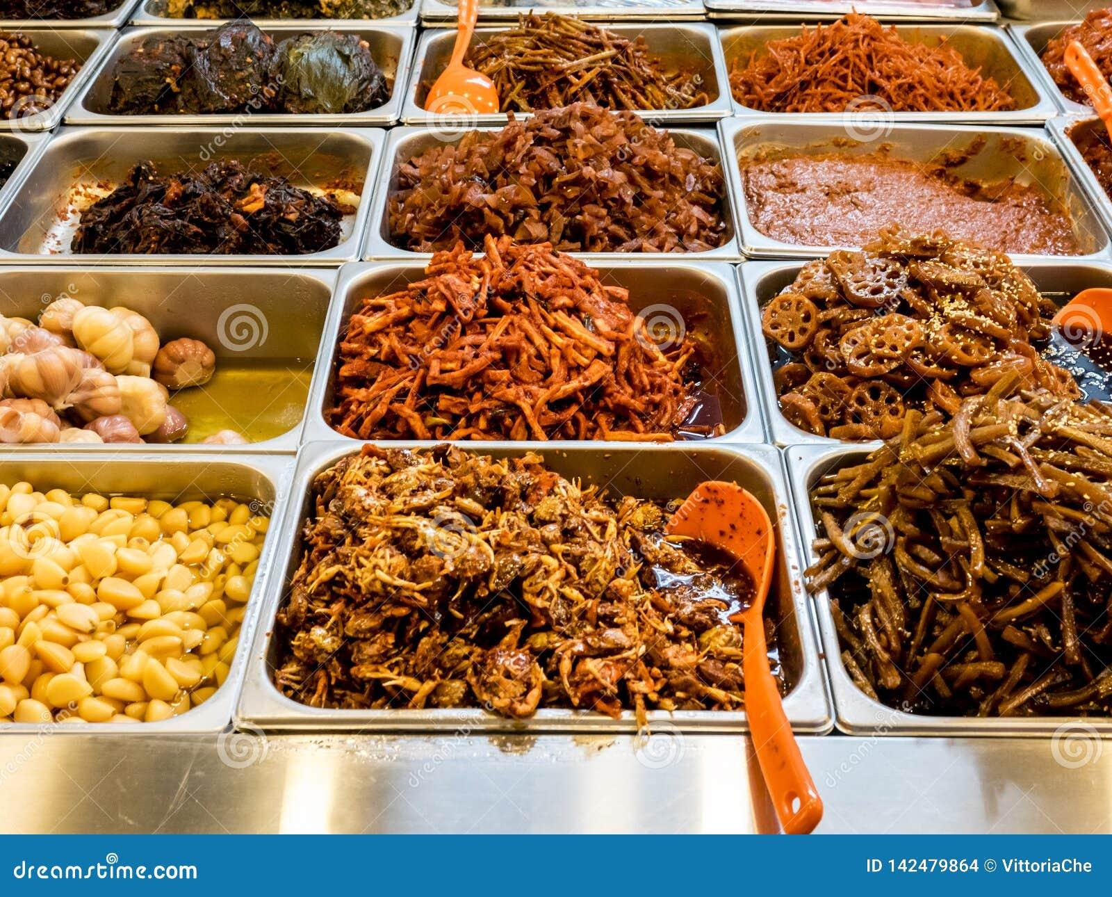 Assorti de la nourriture ferment?e cor?enne traditionnelle sur le compteur sur le march? de Gwangjang S?oul, Cor?e du Sud