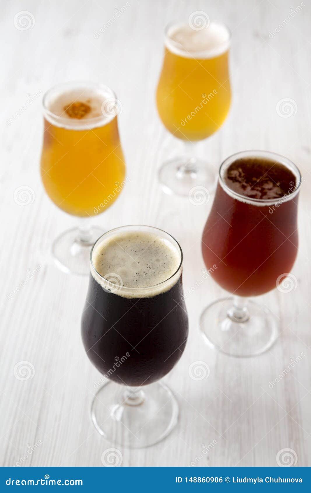 Assortiment de bière de métier de ?old, vue de côté Plan rapproch?