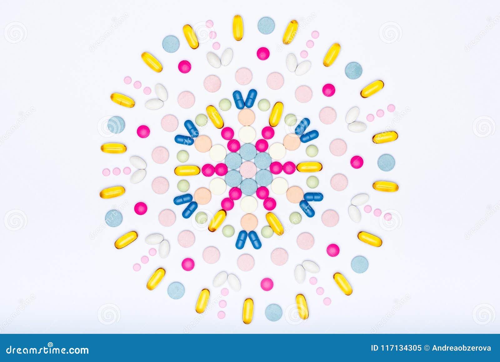 Assortiment de diverses pilules colorées sur le fond blanc Configuration créative d appartement de pilules de médicament et de pr