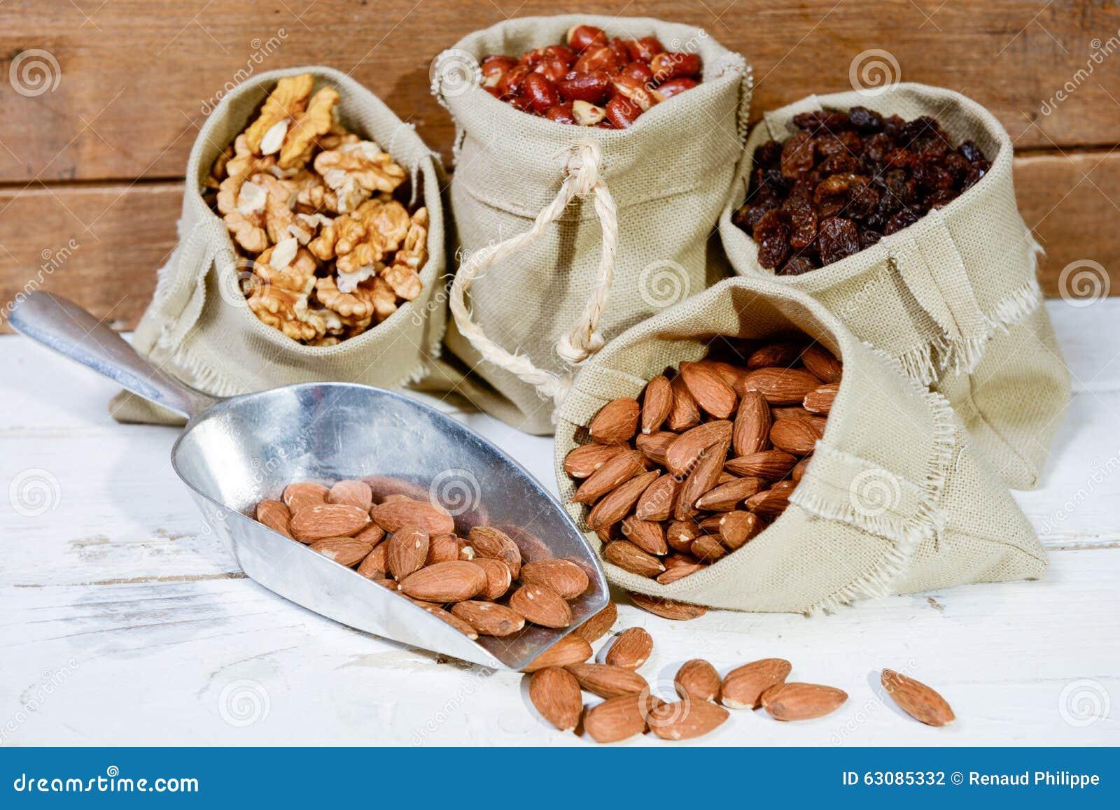 Download Assortiment Des Fruits Secs Dans La Petite Toile De Sacs Photo stock - Image du arachide, trame: 63085332