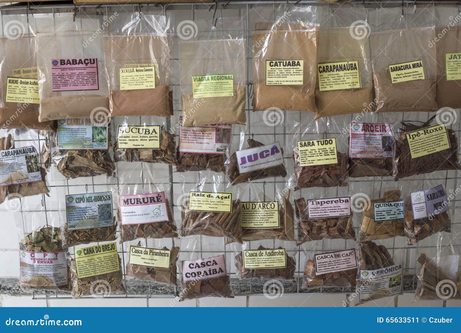 Assortiment des herbes emballées sur le marché brésilien