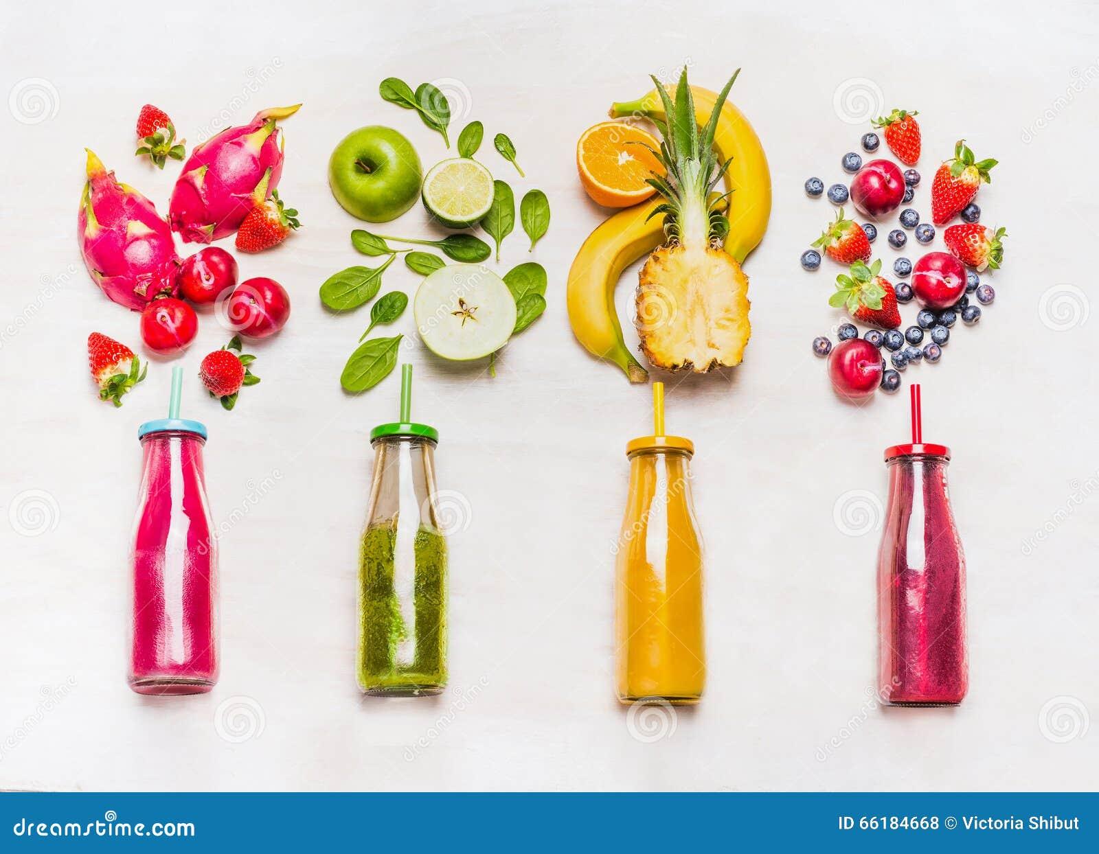 assortiment des smoothies de fruits et l gumes dans des bouteilles en verre avec des pailles sur. Black Bedroom Furniture Sets. Home Design Ideas