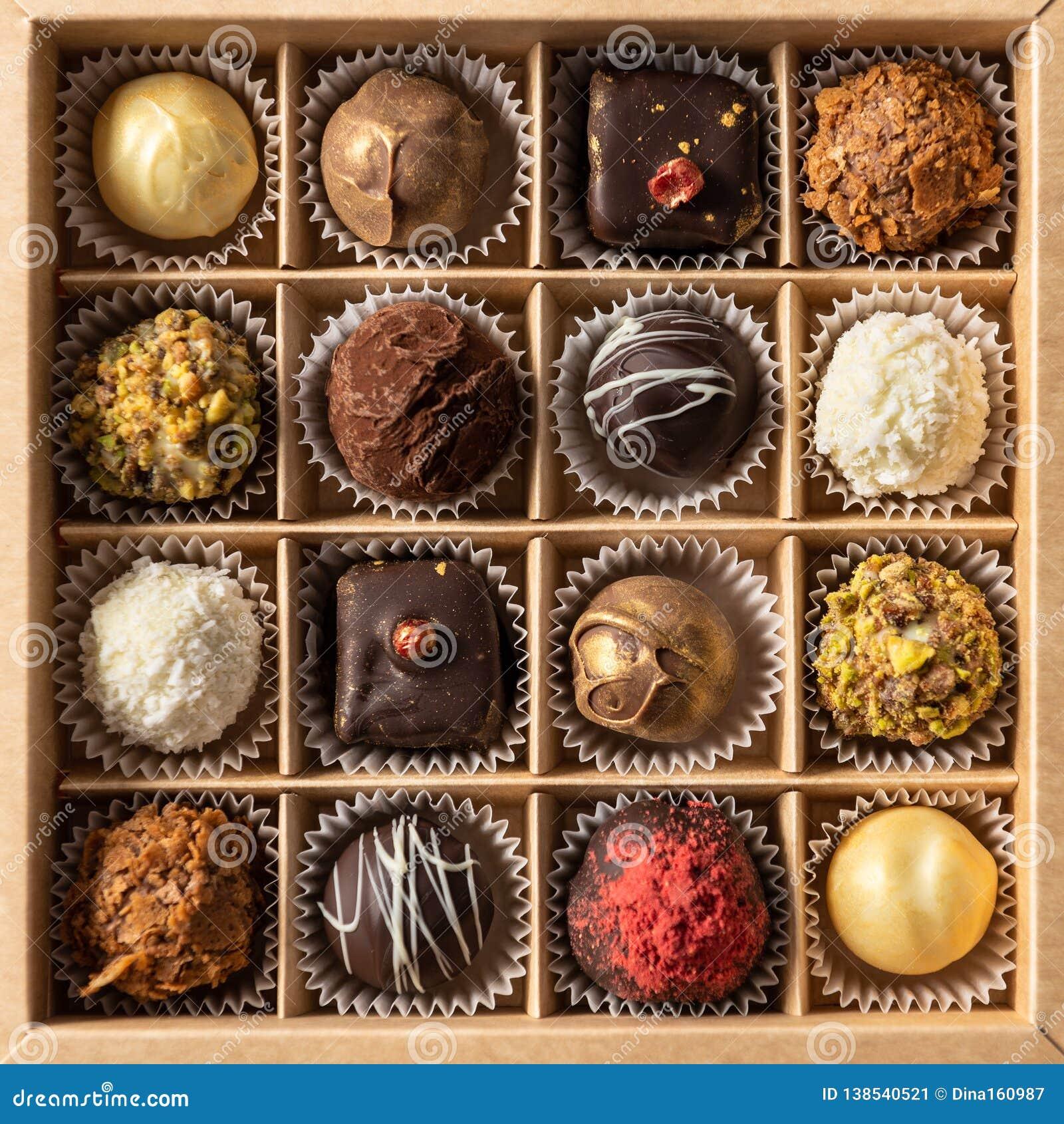 Assortiment van fijn chocoladesuikergoed, wit, dark en melkchocola in doos Snoepjesachtergrond, hoogste mening
