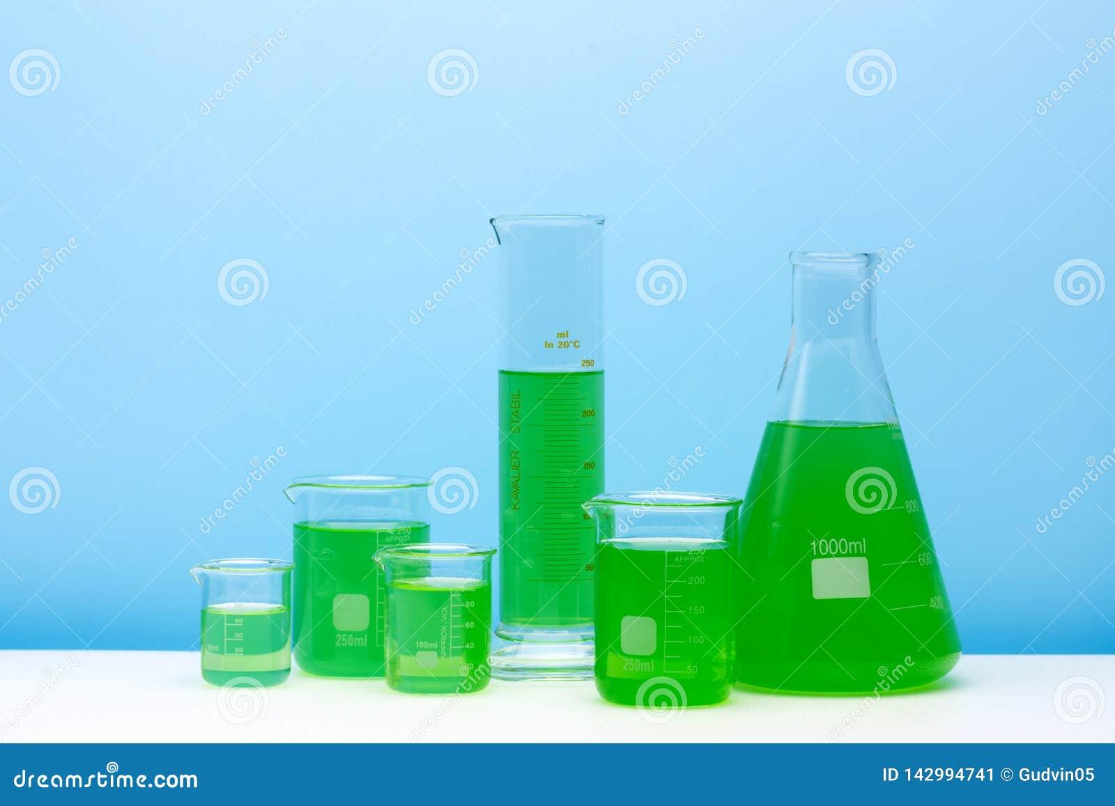 Assortiment van glascontainers voor laboratorium De apparatuur van het laboratorium