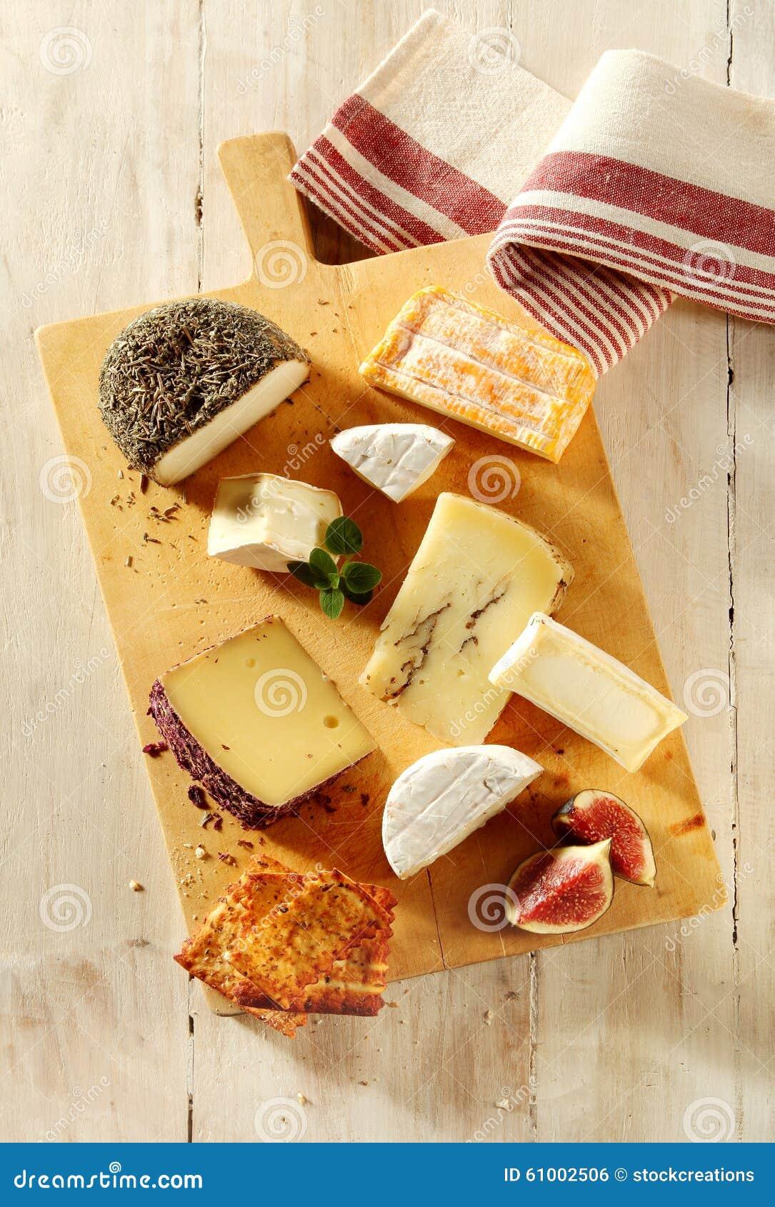 Assortiment van kazen op een cheeseboard stock foto afbeelding 61002506 - Hoek maaltijd ...