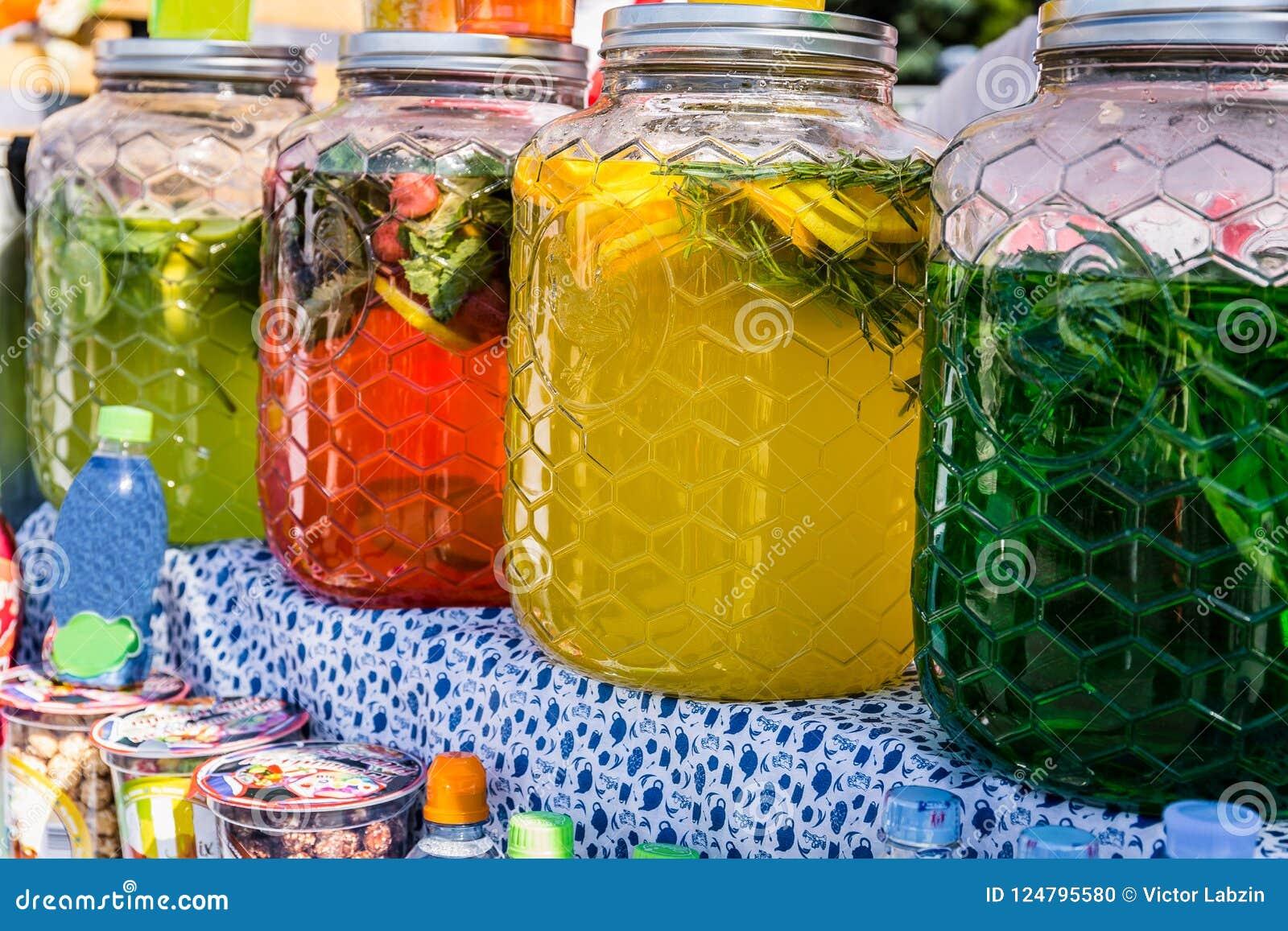 Assortimento delle bottiglie con le bevande deliziose dei colori differenti