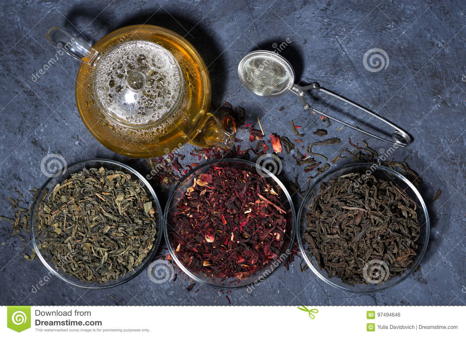Assortimento di tè asciutto su un fondo scuro, orizzontale
