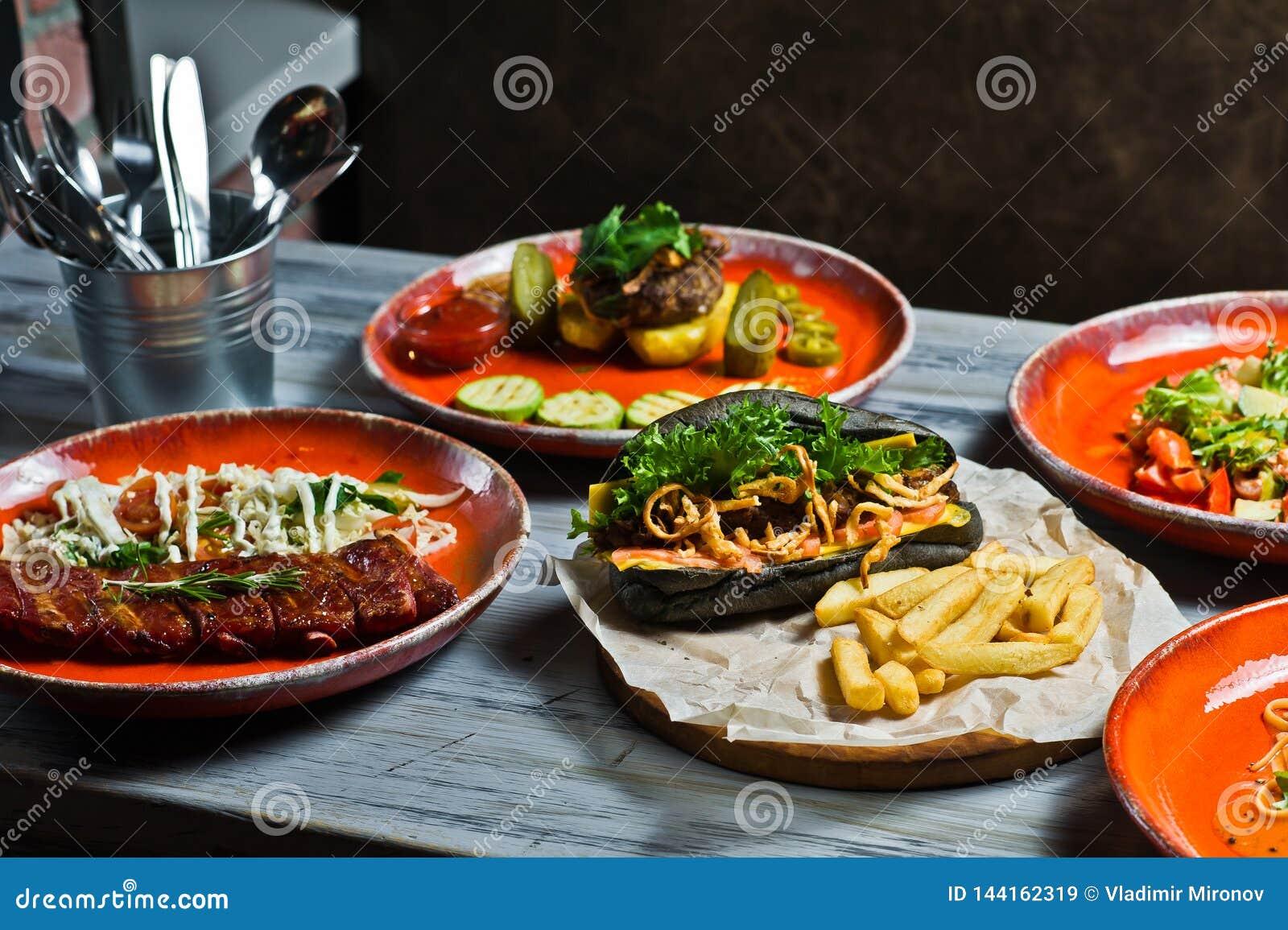 Assortimento gastronomico delle farine di carne Vista laterale sulla tavola del ristorante con il menu del hot dog saporito, cost