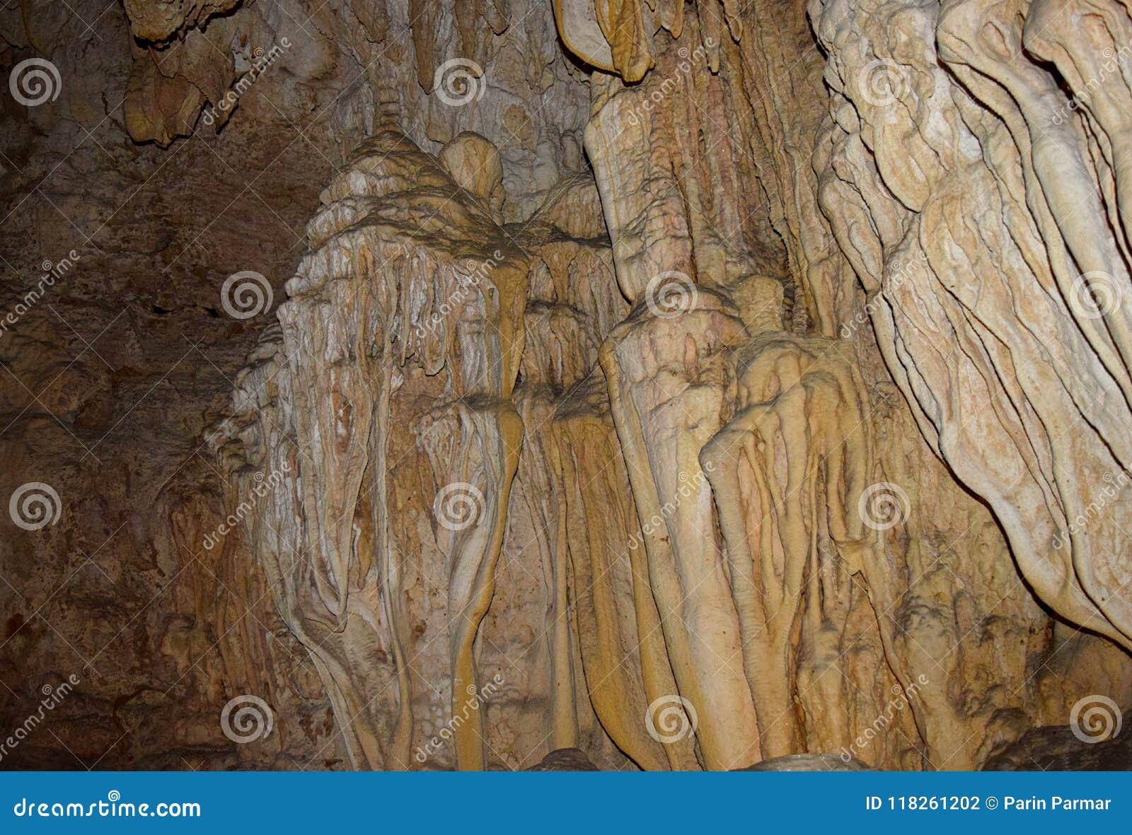 Assymetriska och ojämna naturliga former i kalkstengrottor i den Baratang ön, Andaman, Indien