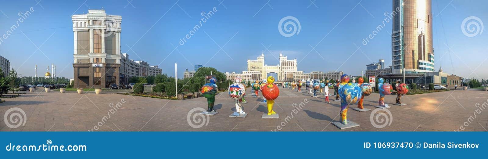 ASTANA, CAZAQUISTÃO - 2 DE JULHO DE 2016: Panorama da manhã com figuras plásticas