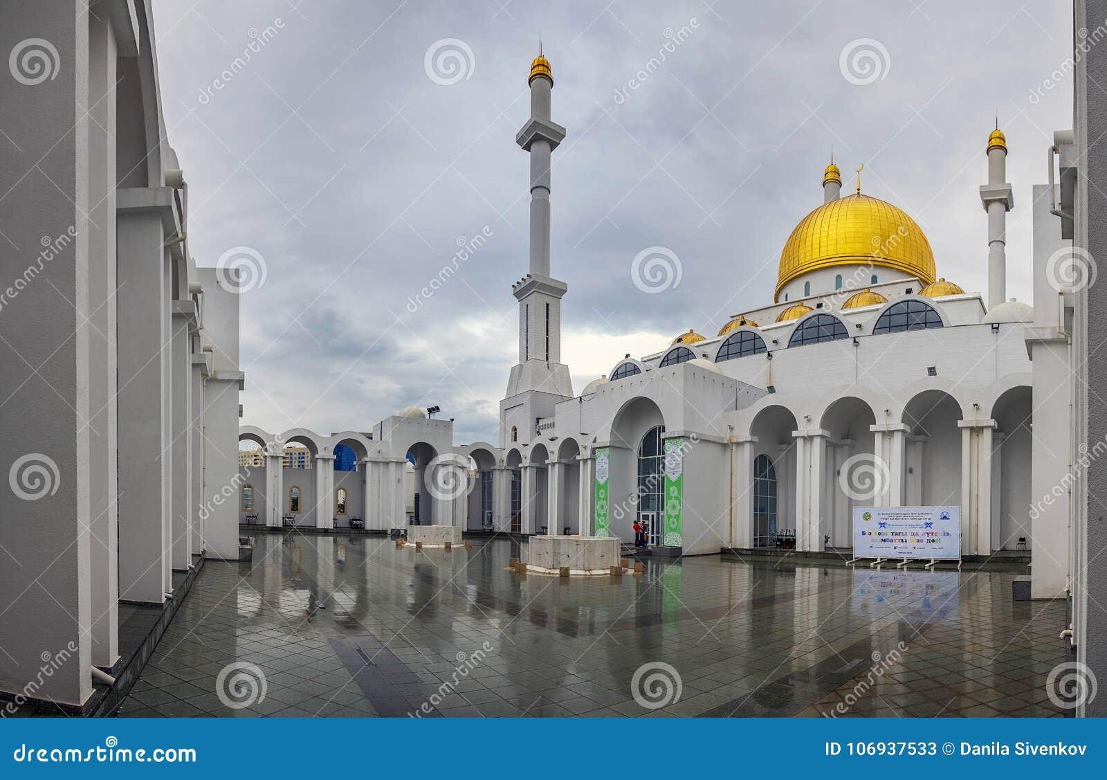 ASTANA, CAZAQUISTÃO - 28 DE JUNHO DE 2016: O pátio interno da mesquita Nur Astana