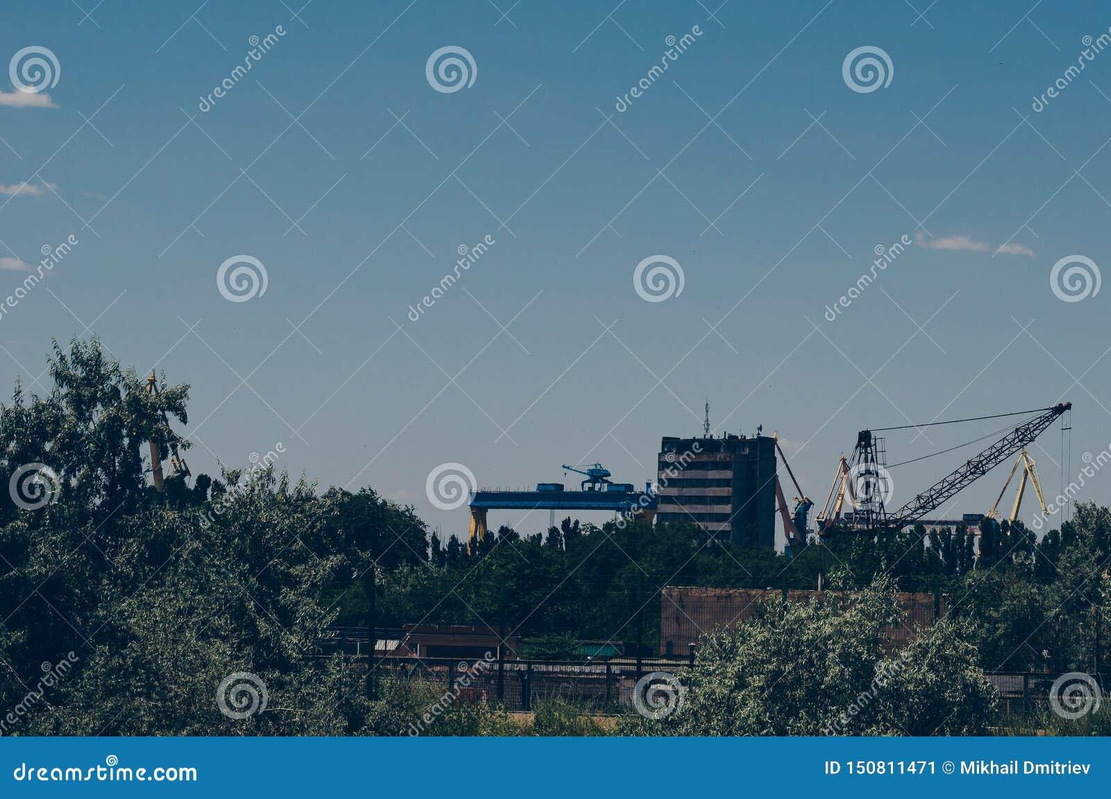 Astillero abandonado viejo en las cercanías de la ciudad edificios industriales y de oficinas Semi-aprobados