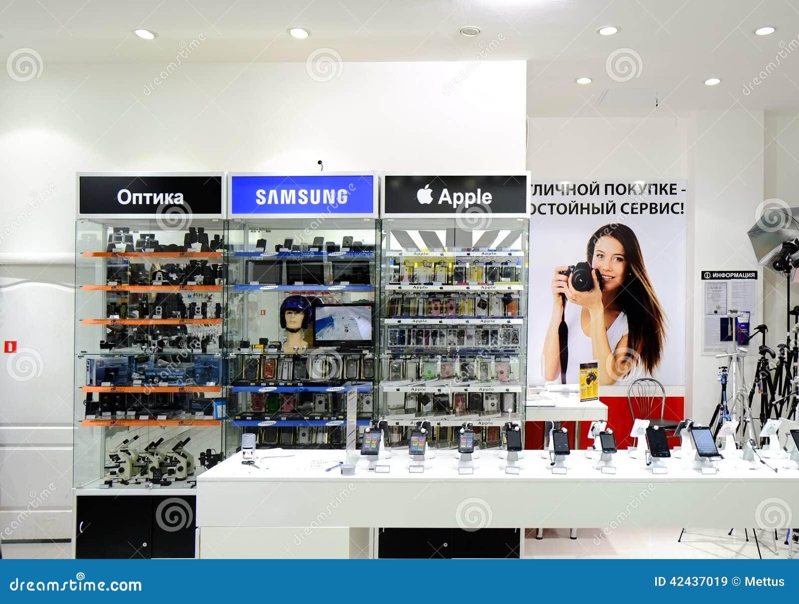 ASTRAKHAN, RUSIA - 1 DE JULIO DE 2014: Tienda de la foto local y de los dispositivos móviles Los dispositivos de Apple y de Samsu