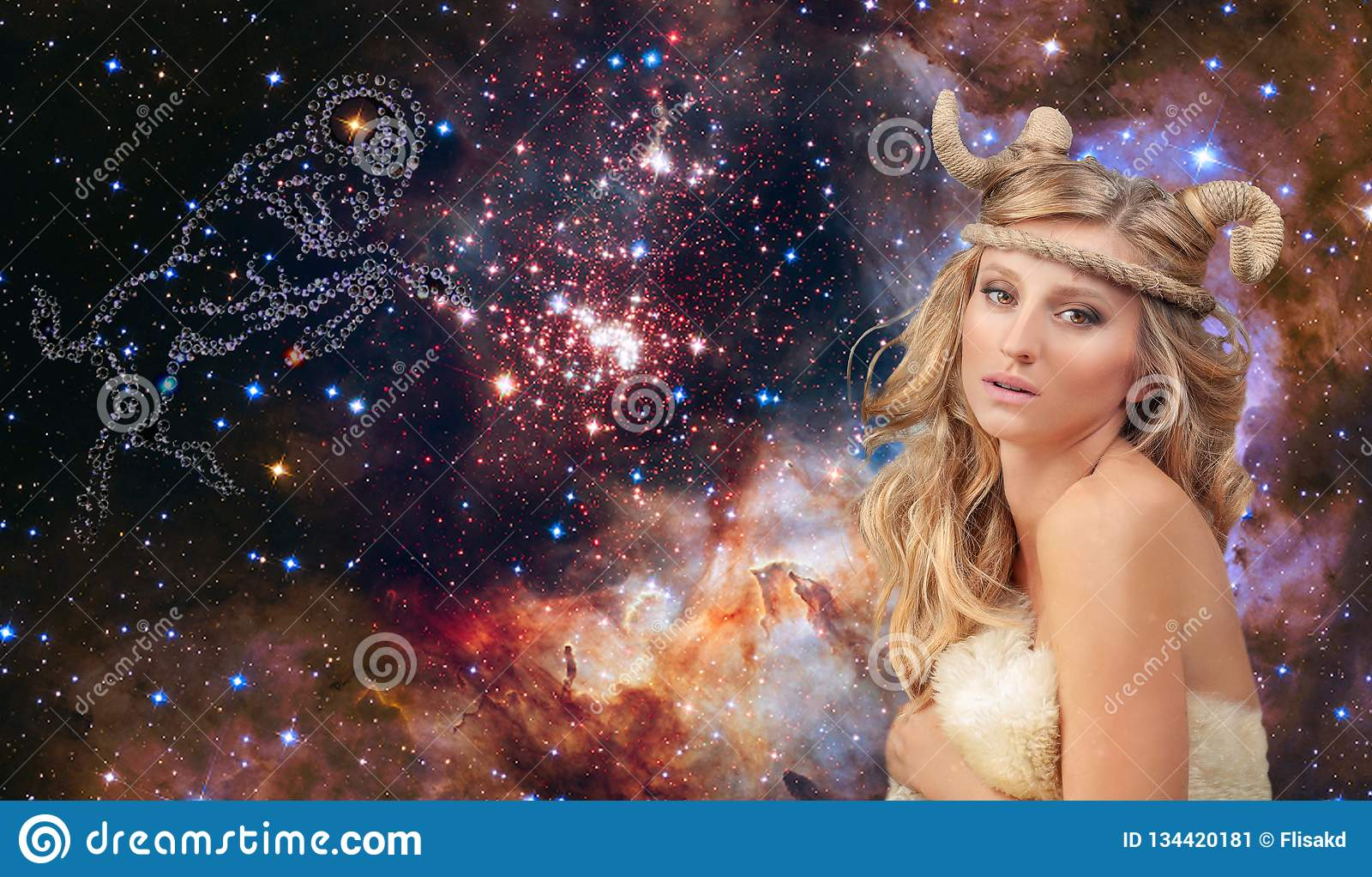 Astrologia e oroscopo Aries Zodiac Sign, bello Ariete della donna sui precedenti della galassia