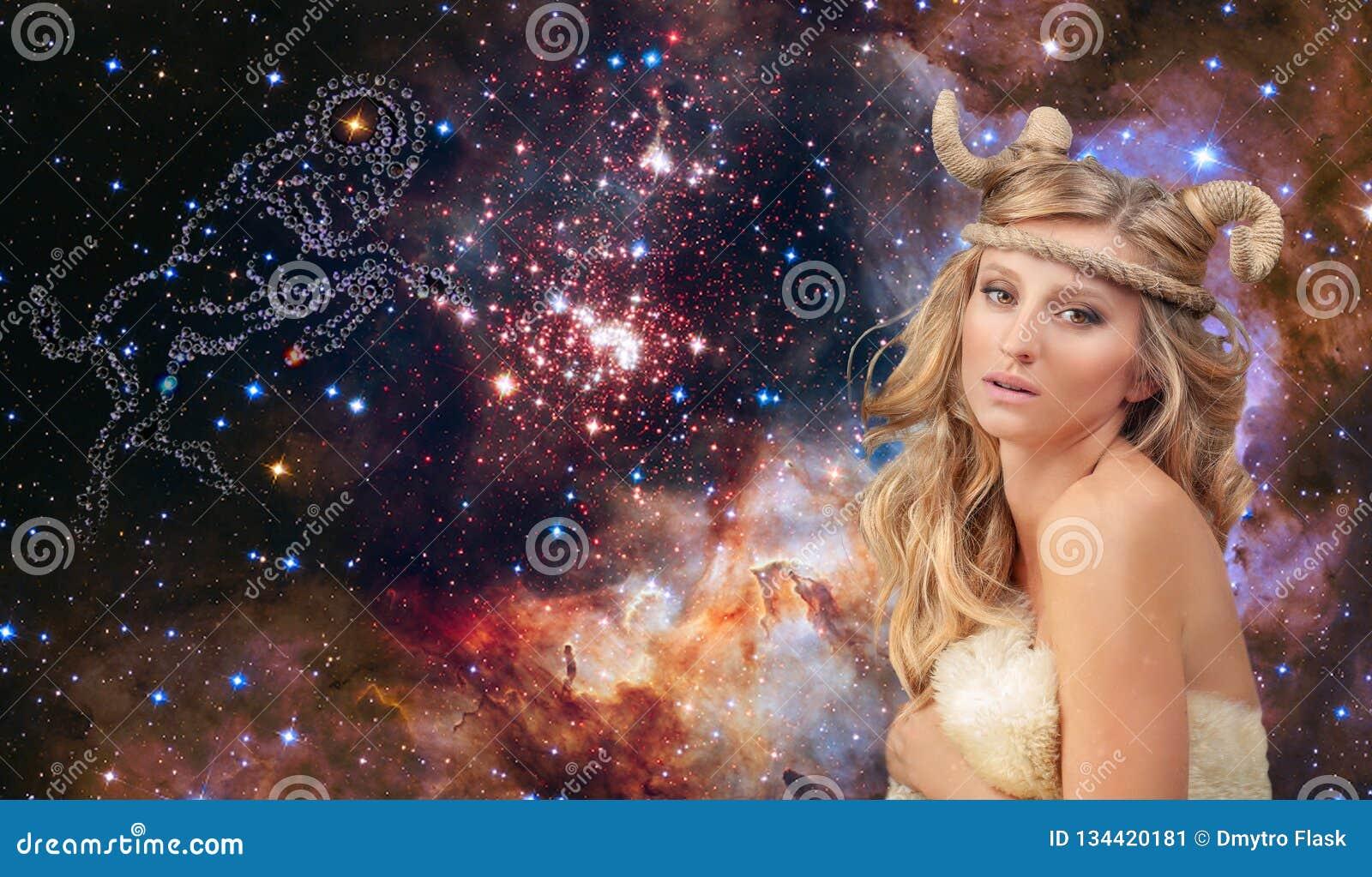Astrologia i horoskop Aries zodiaka znak, piękny kobiety Aries na galaxy tle