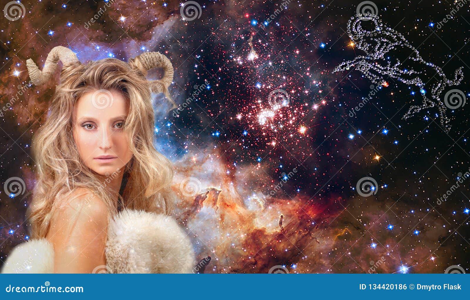 Astrologie et horoscope Aries Zodiac Sign, beau Bélier de femme sur le fond de galaxie