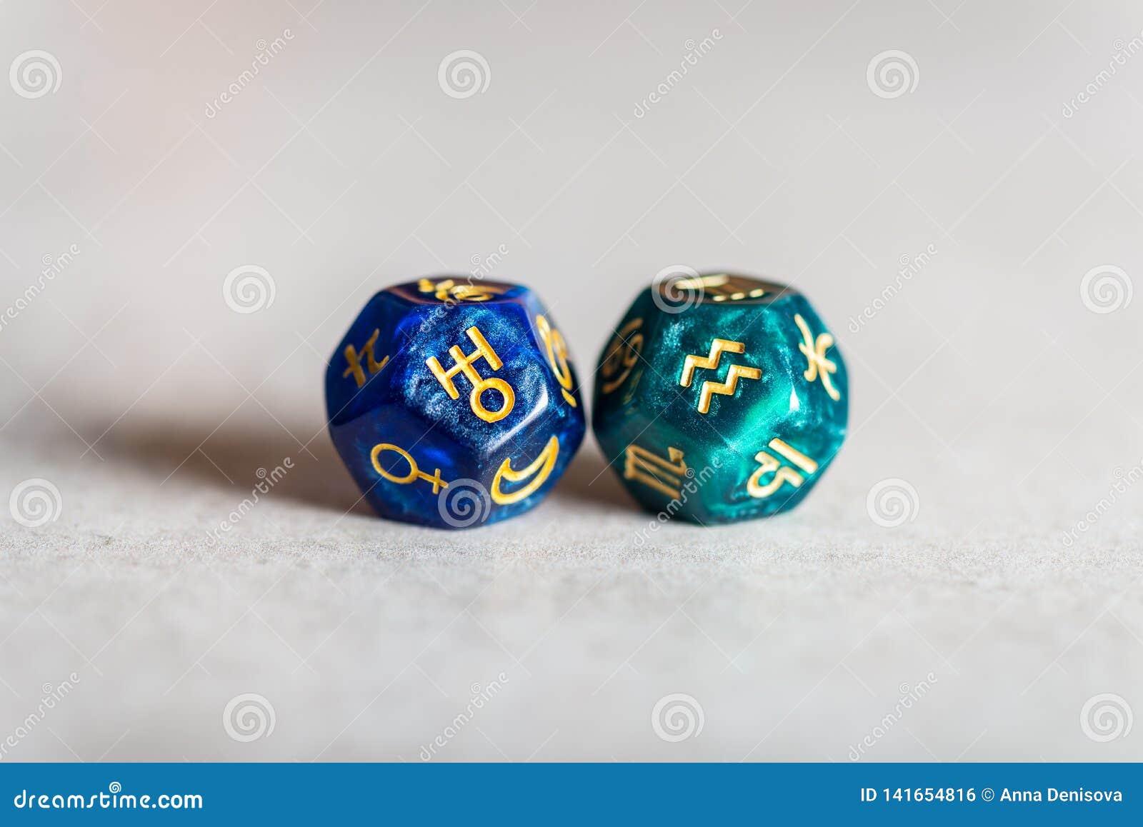 Astrologii kostki do gry z zodiaka symbolem Aquarius Uranus i swój rządząca planeta