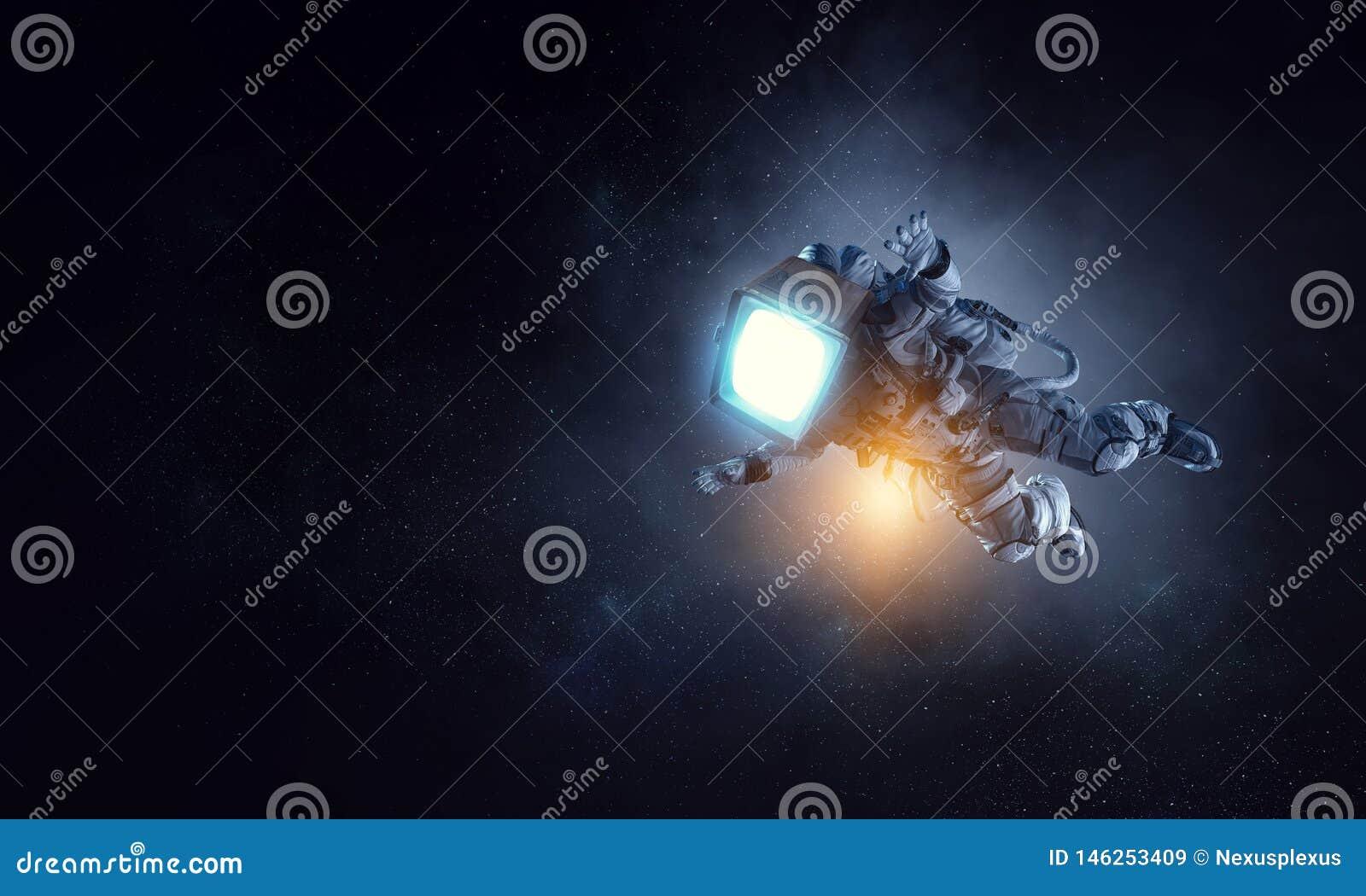 Astronaut mit Fernsehkopf im Raum Gemischte Medien