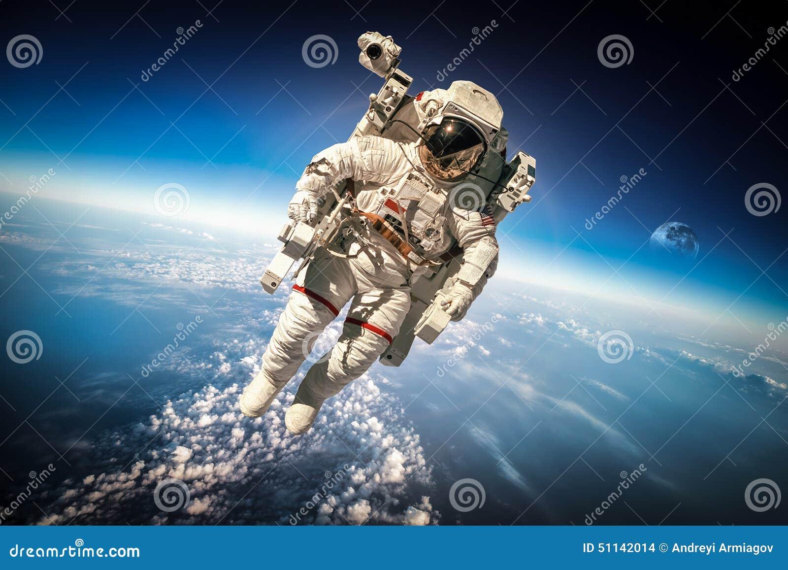 Astronauta en espacio exterior