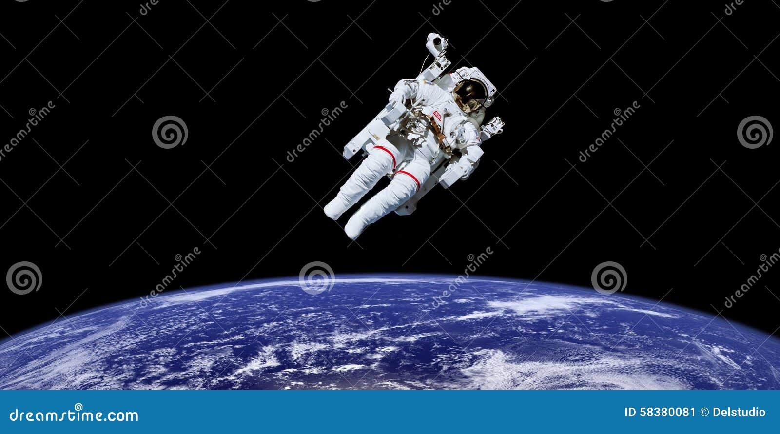 Astronauta Flotando En El Espacio Exterior: Astronauta En Espacio Exterior Sobre La Tierra Del Planeta