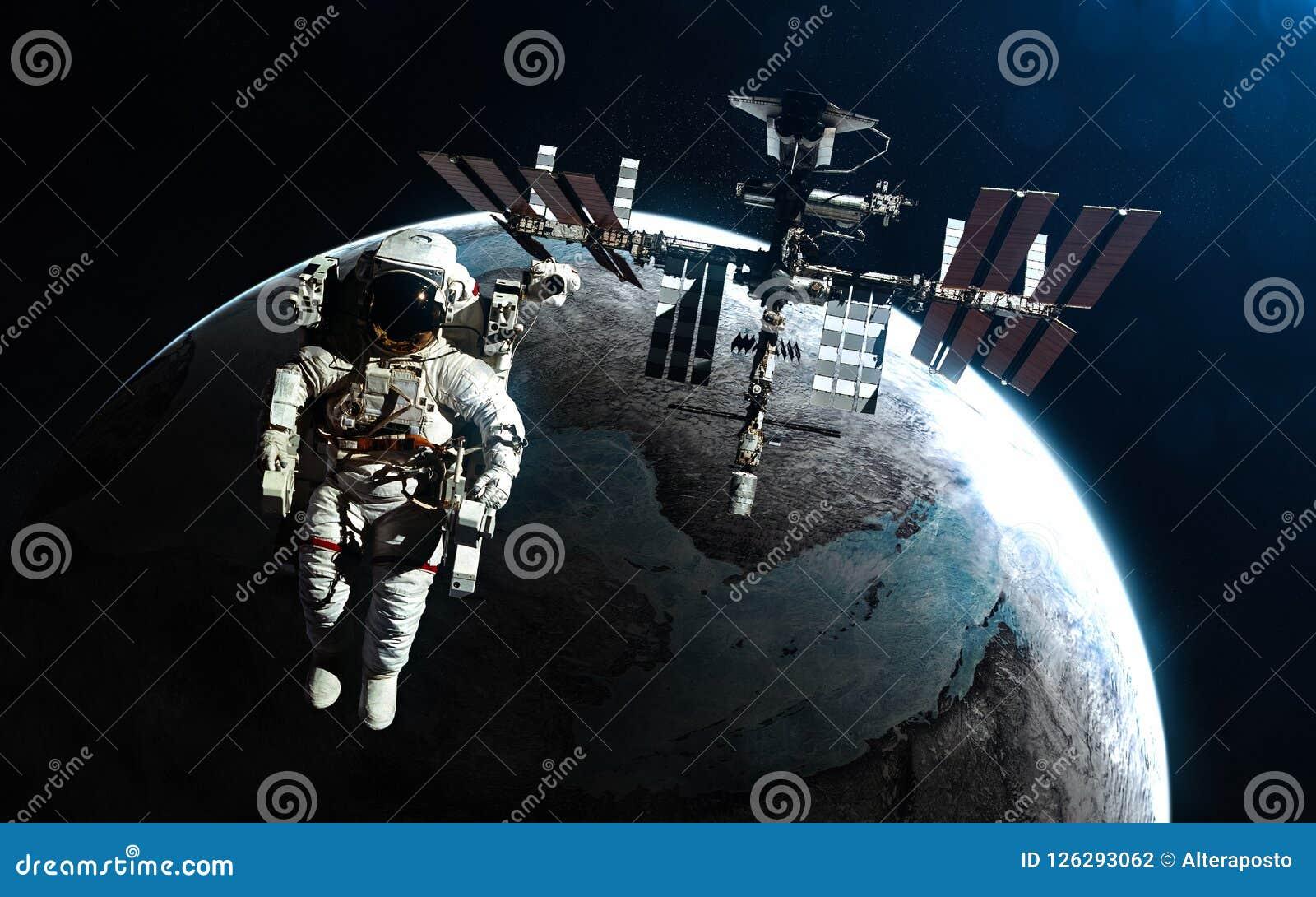 Astronauta i stacja kosmiczna przeciw tłu exoplanet w promieniach błękitna gwiazda Elementy wizerunek meblują NASA
