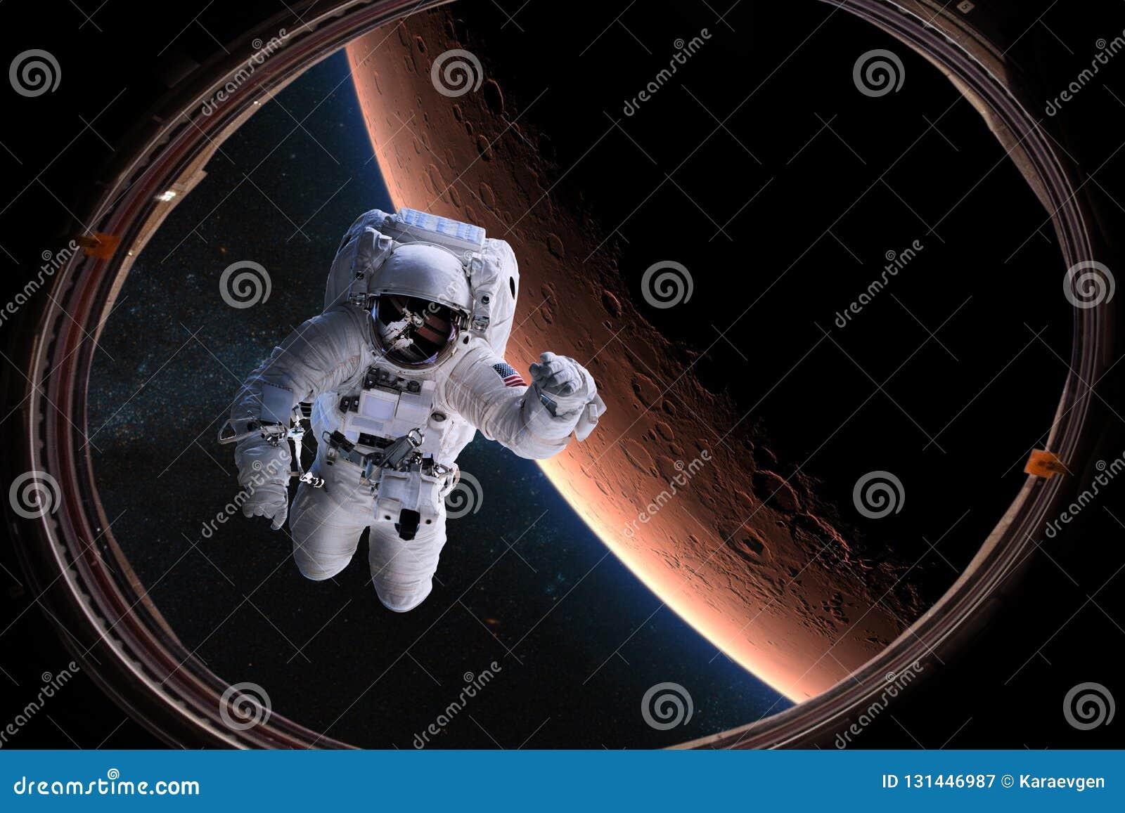 Astronauta no espaço da vigia no fundo do Marte Elementos desta imagem fornecidos pela NASA