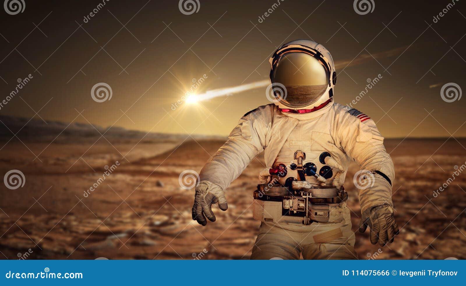 Astronauta que explora a superfície do planeta vermelho Marte