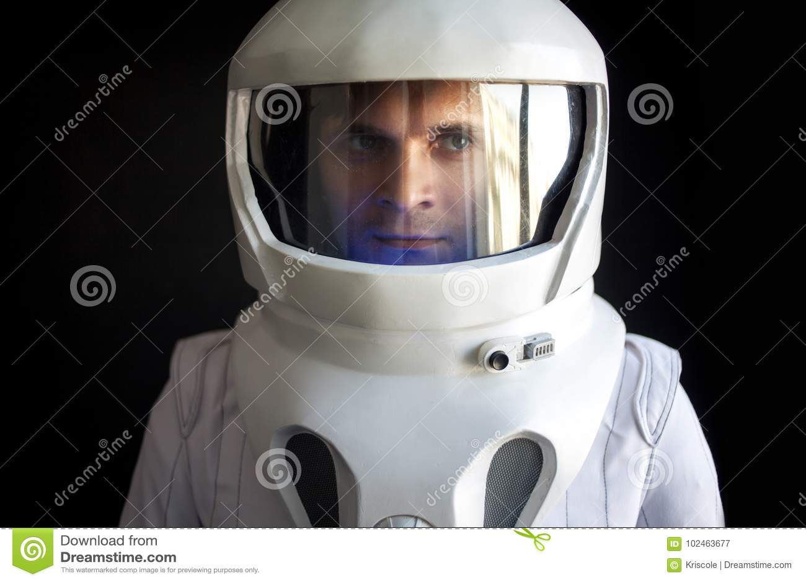 Astronauta w hełmie patrzeje puszek Fantastyczny astronautyczny kostium Eksploracja kosmos