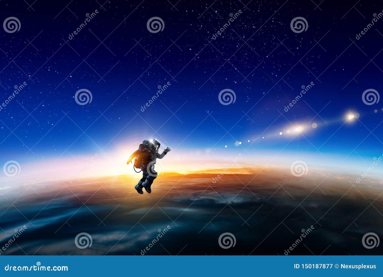 Astronauta w przestrzeni na planety orbicie