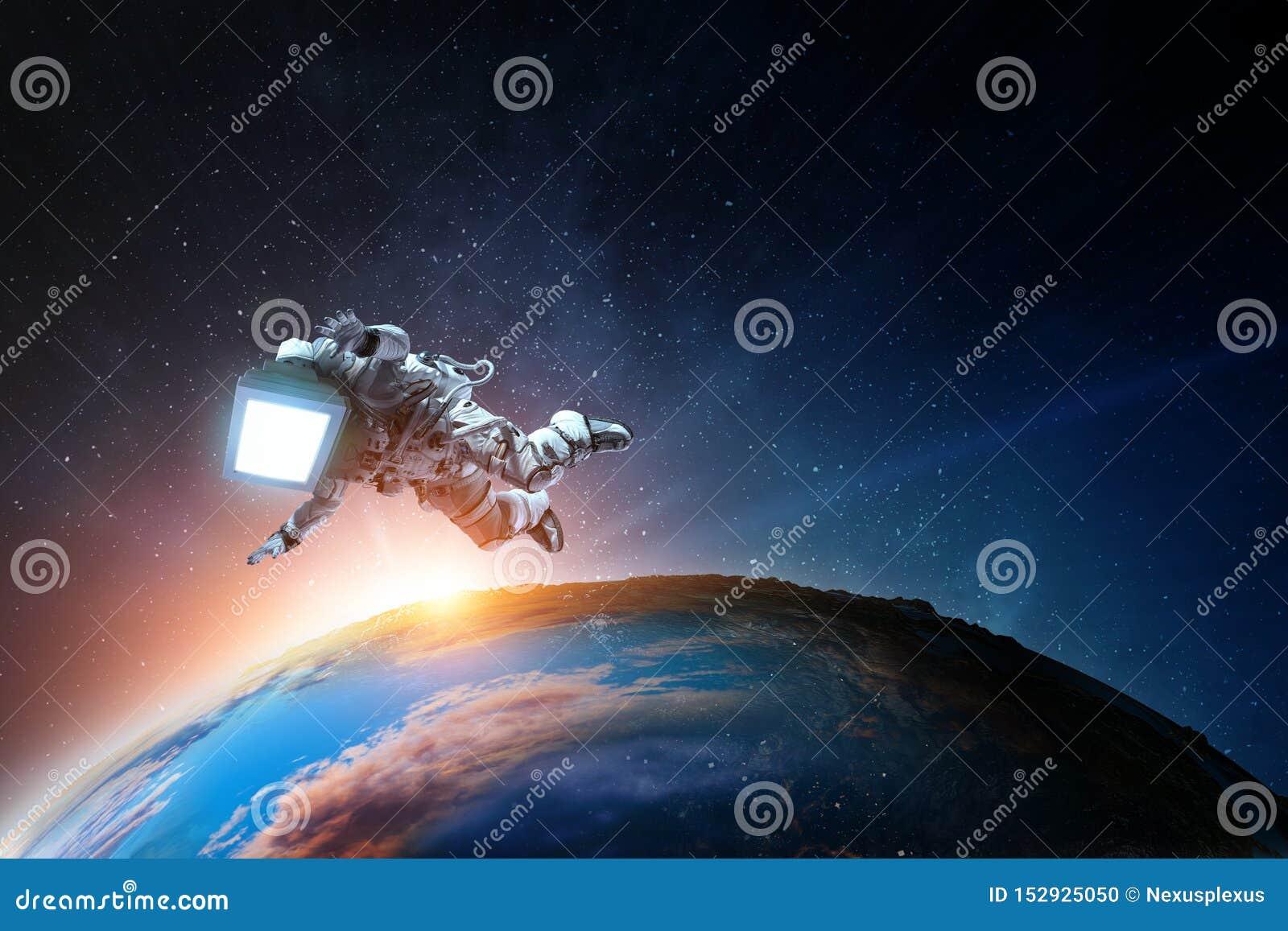 Astronauta z TV g?ow? w przestrzeni Mieszani ?rodki