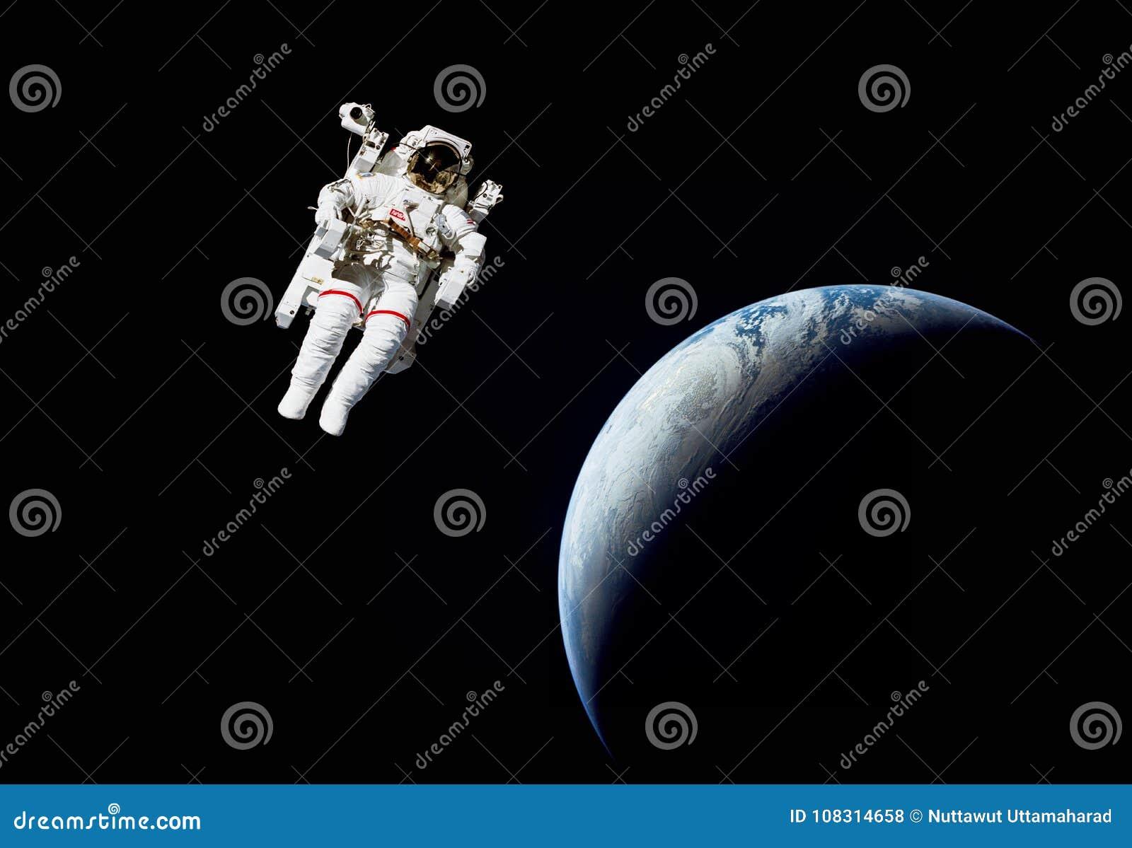 Astronaute dans l espace extra-atmosphérique contre de la terre de planète