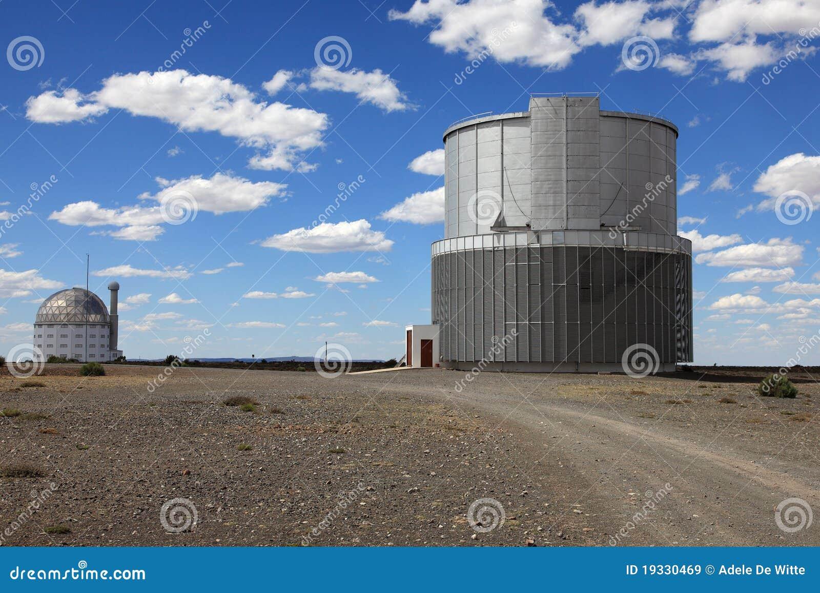 Astronomische teleskope in südafrika redaktionelles stockbild