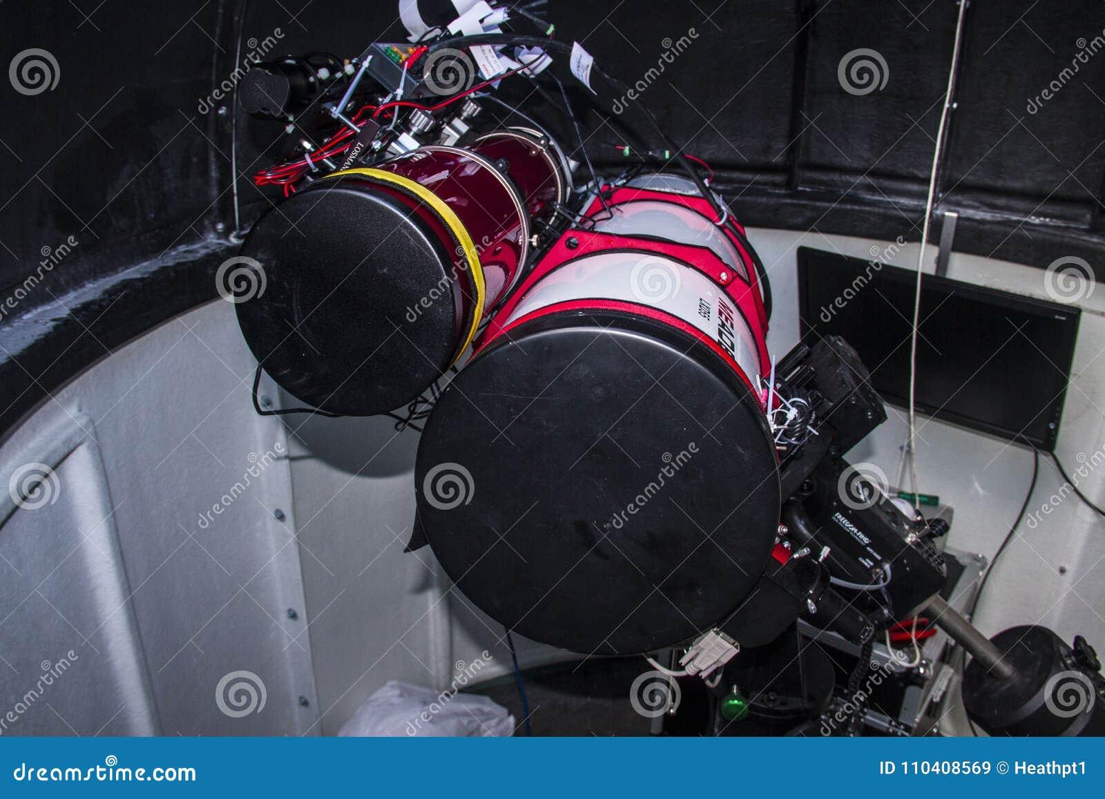 Astronomisches teleskop gegründet in einem observatorium