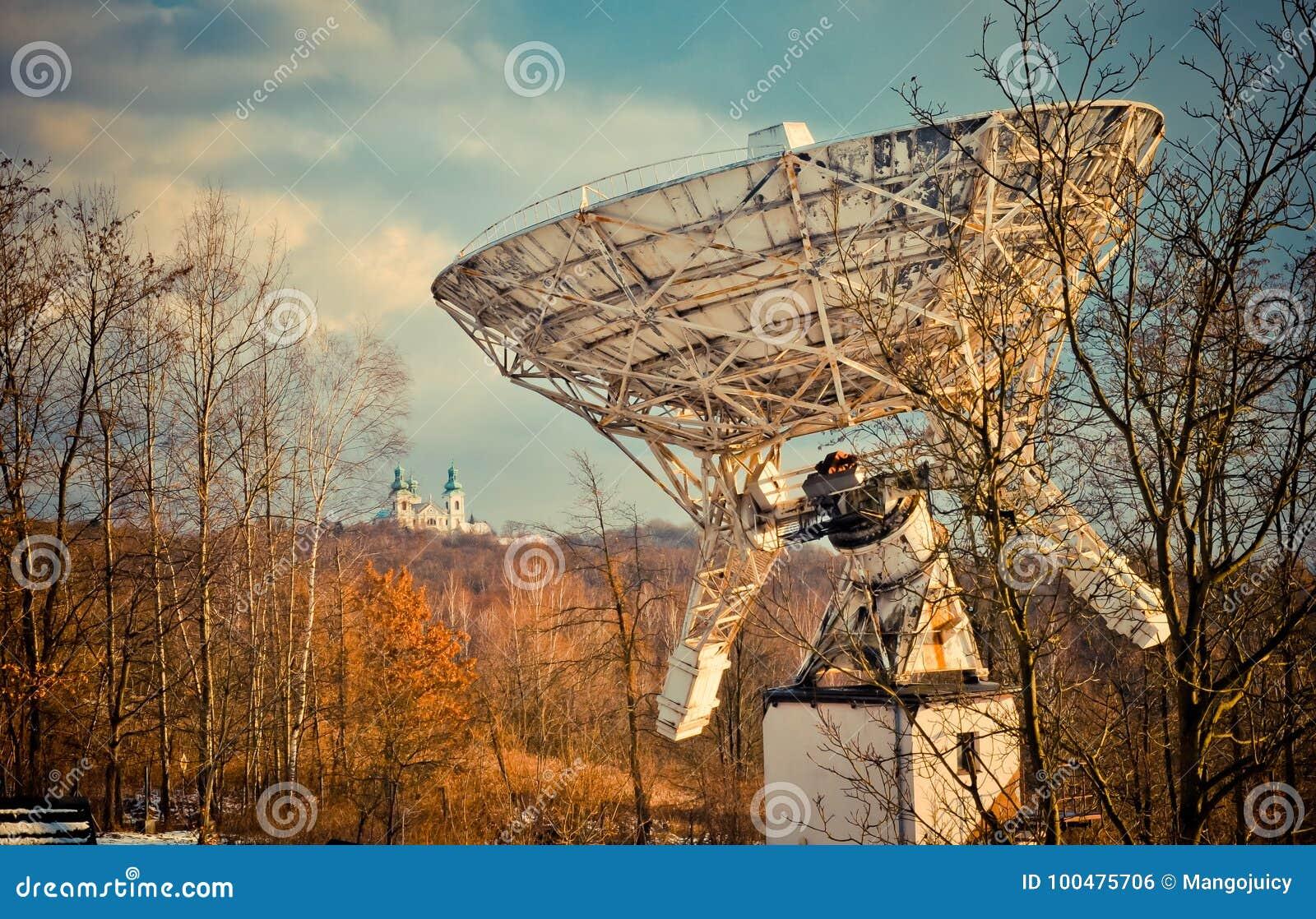 Astronomisches teleskop und das kloster polen stockfoto bild