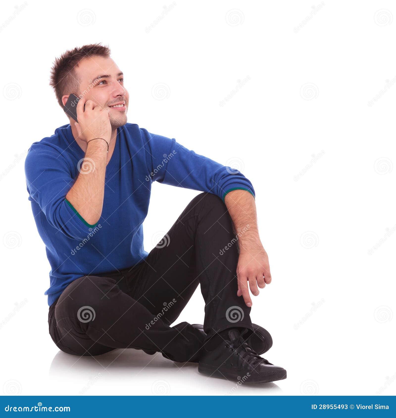 Asual mężczyzna opowiada na telefonie