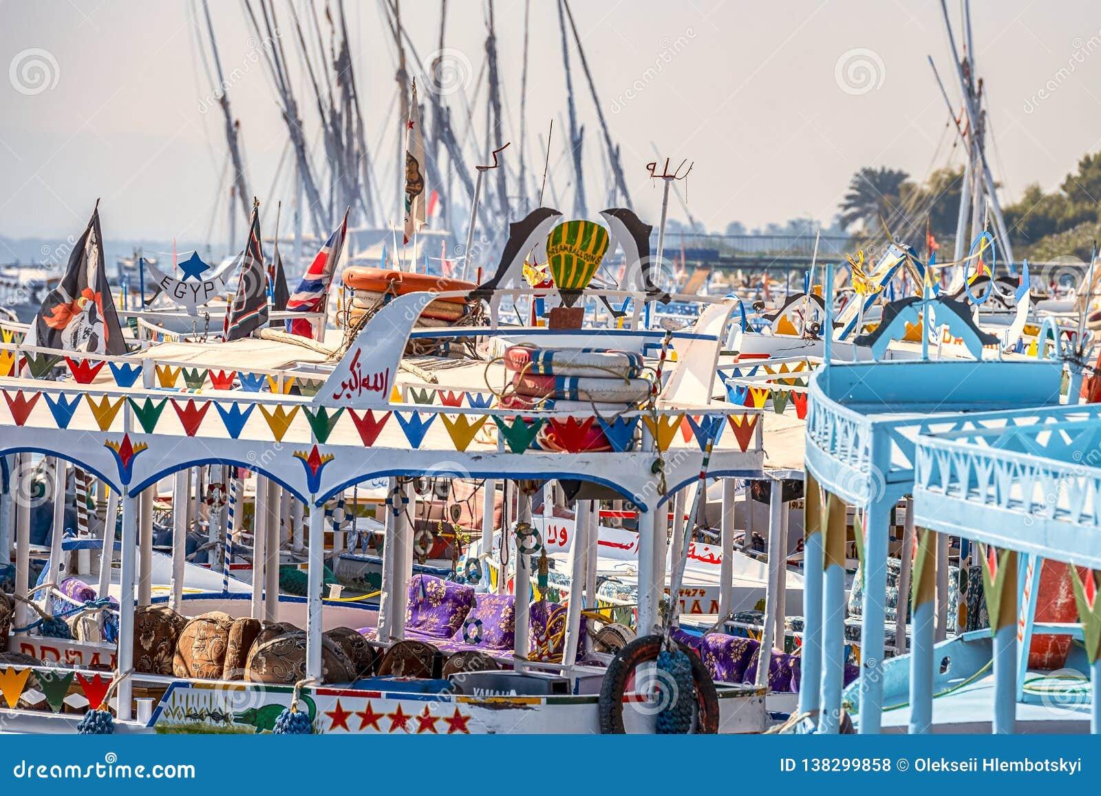 12 11 2018 Aswan, Αίγυπτος, ζωηρόχρωμο χρωματισμένο felucca βαρκών στο μηδέν ποταμών