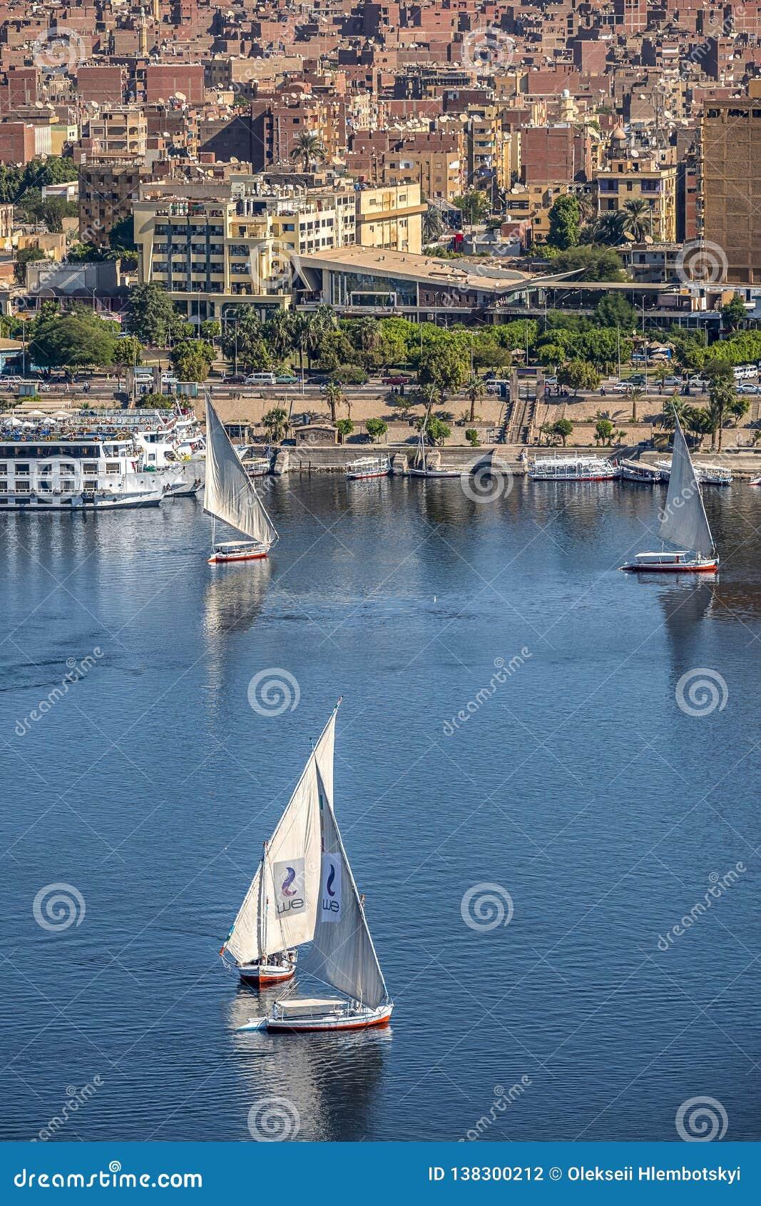 12 11 2018 Aswan, Egypte die, a-bootfelucca langs een rivier Nijl op een zonnige dag varen tegen